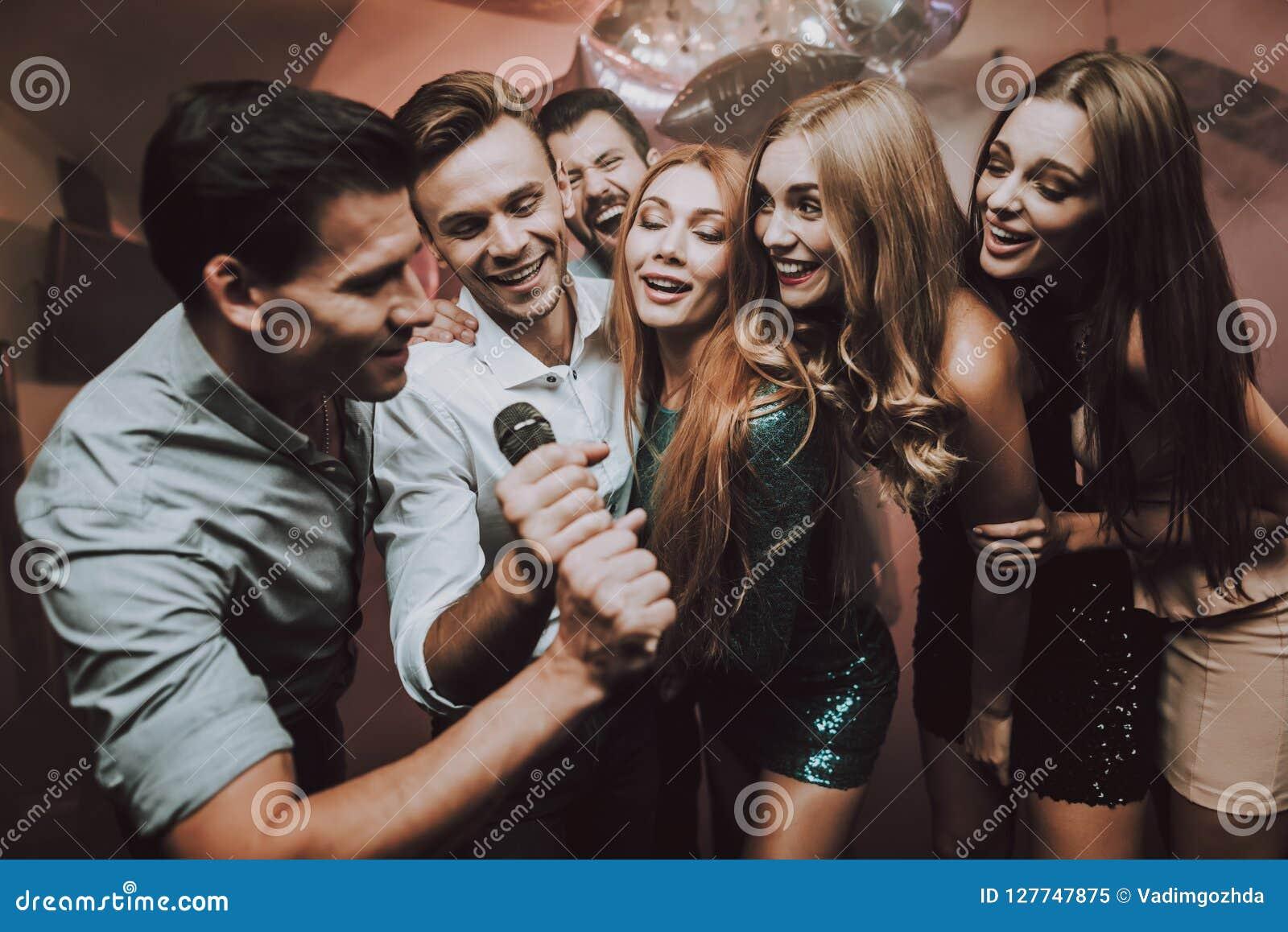 Девочки и мальчики в ночном клубе секс услуги в ночных клубах