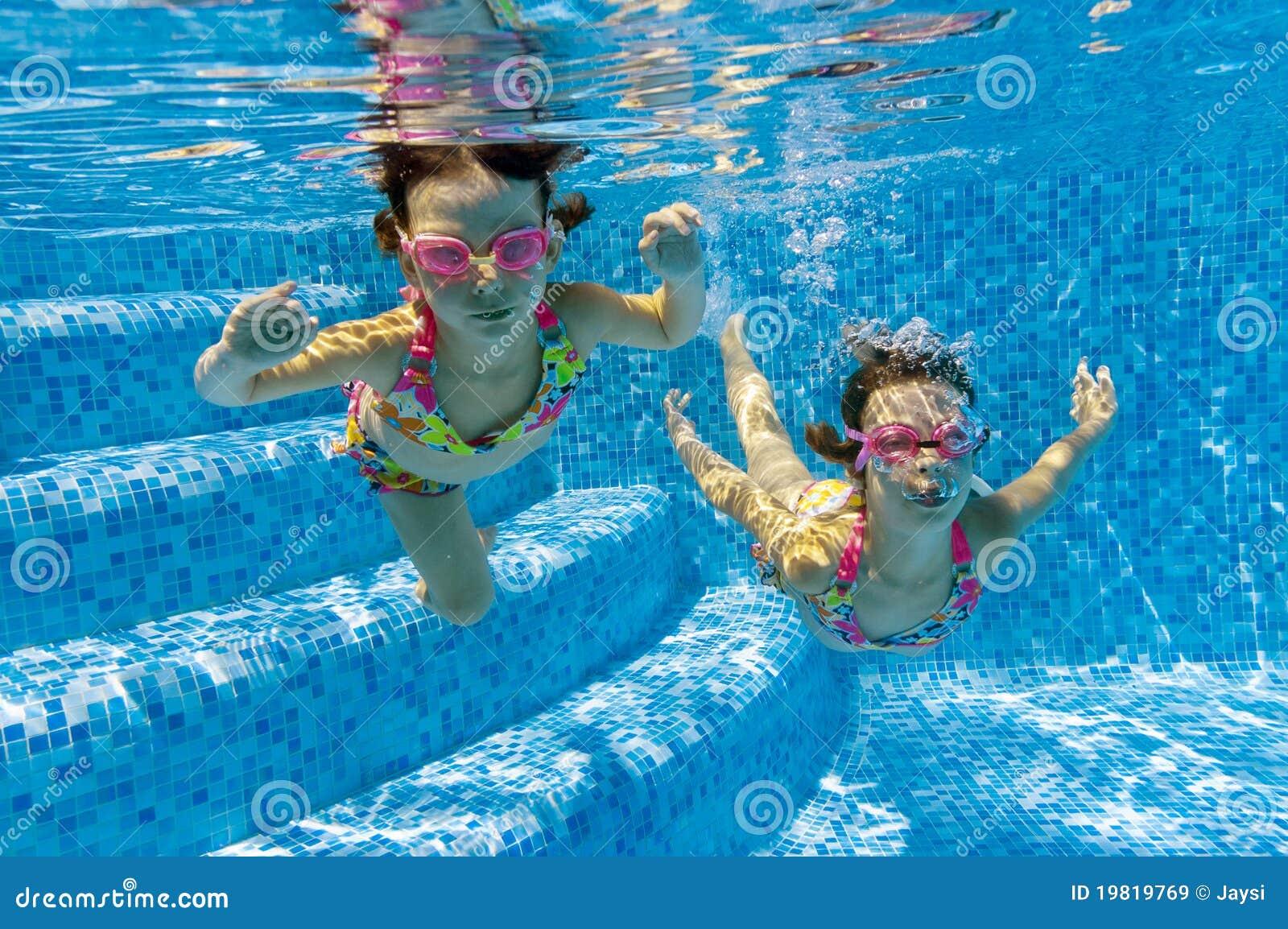 заплывание бассеина детей подводное