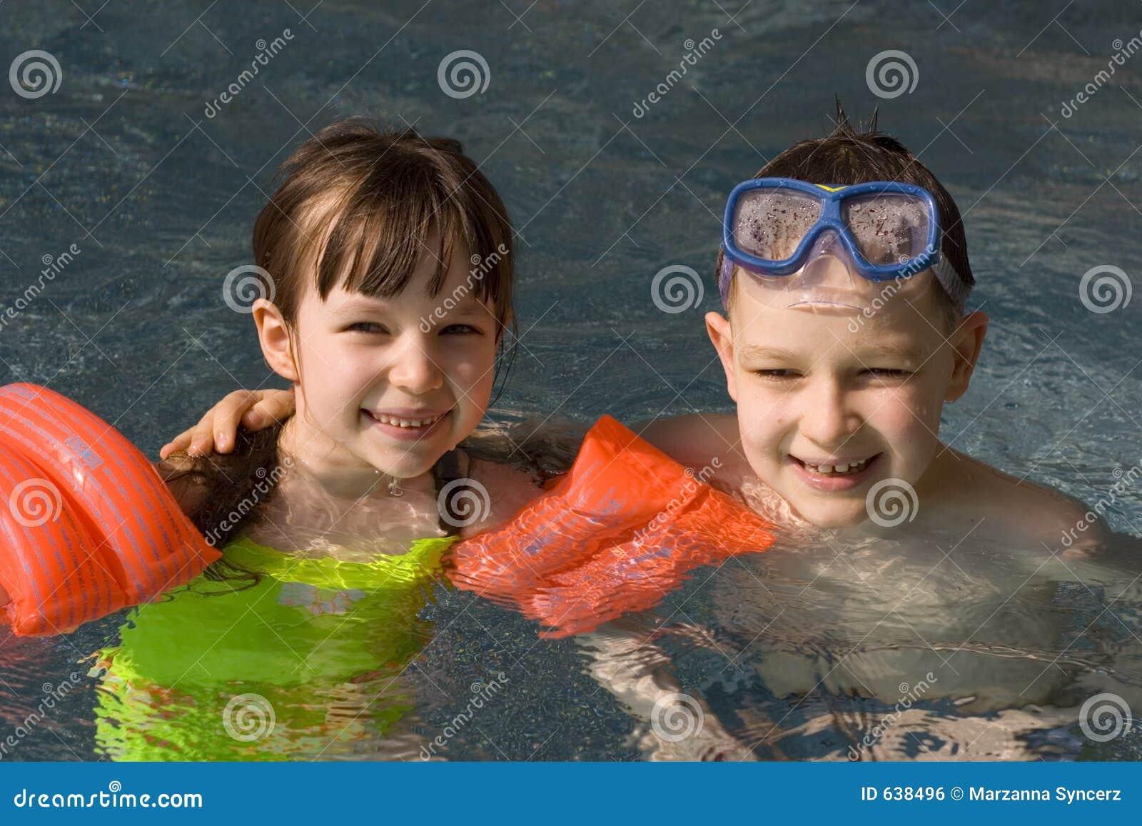Download заплывание бассеина детей стоковое фото. изображение насчитывающей браслетов - 638496