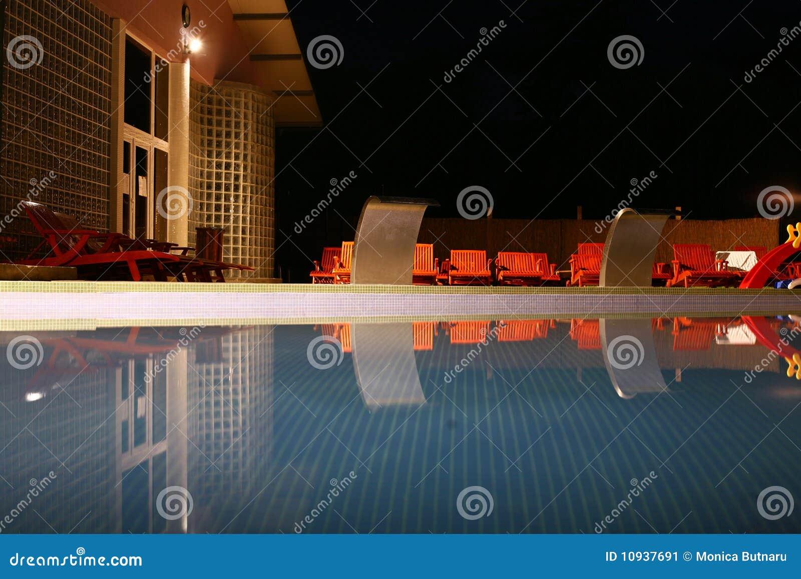 заплывание бассеина ночи