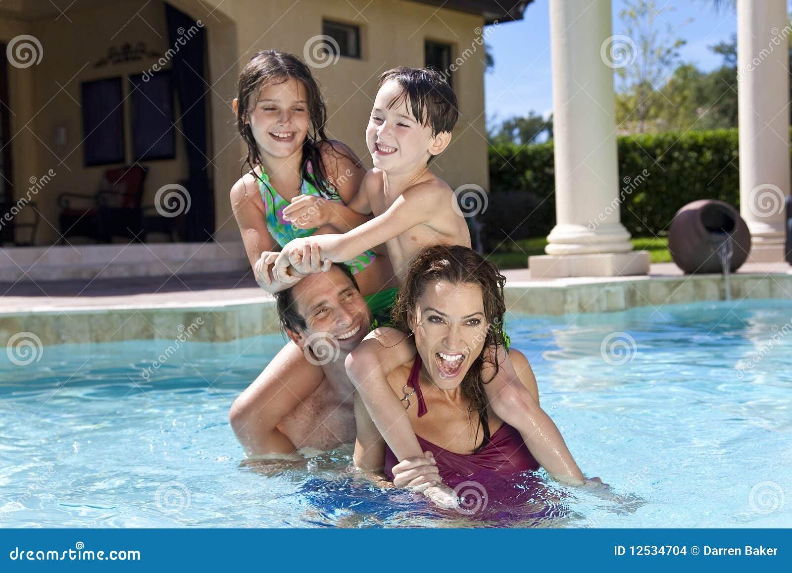 заплывание бассеина семьи счастливое играя
