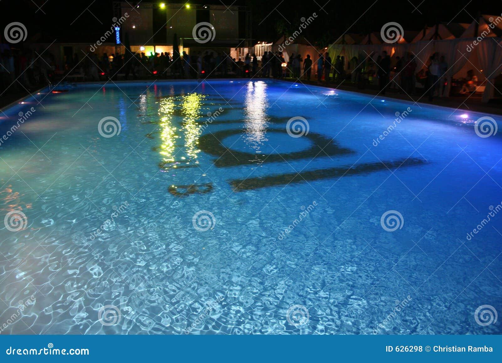 Download заплывание бассеина стоковое фото. изображение насчитывающей bluets - 626298