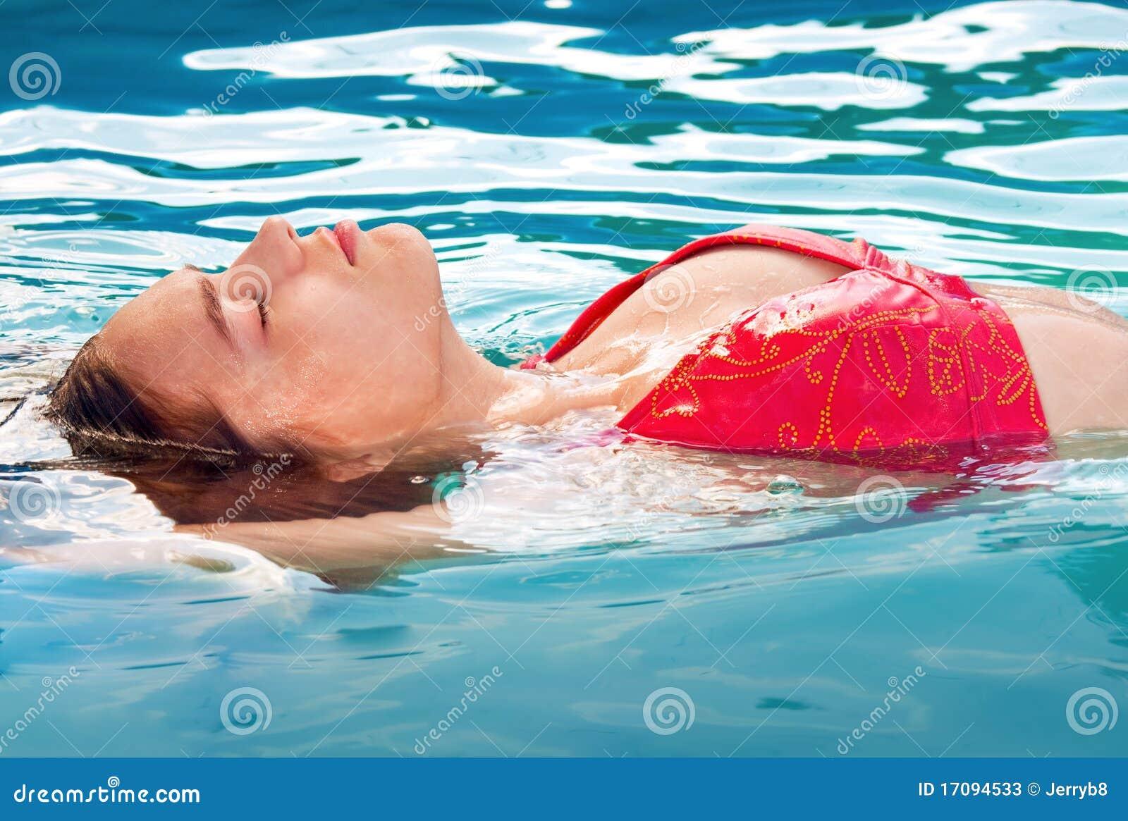 заплывание девушки
