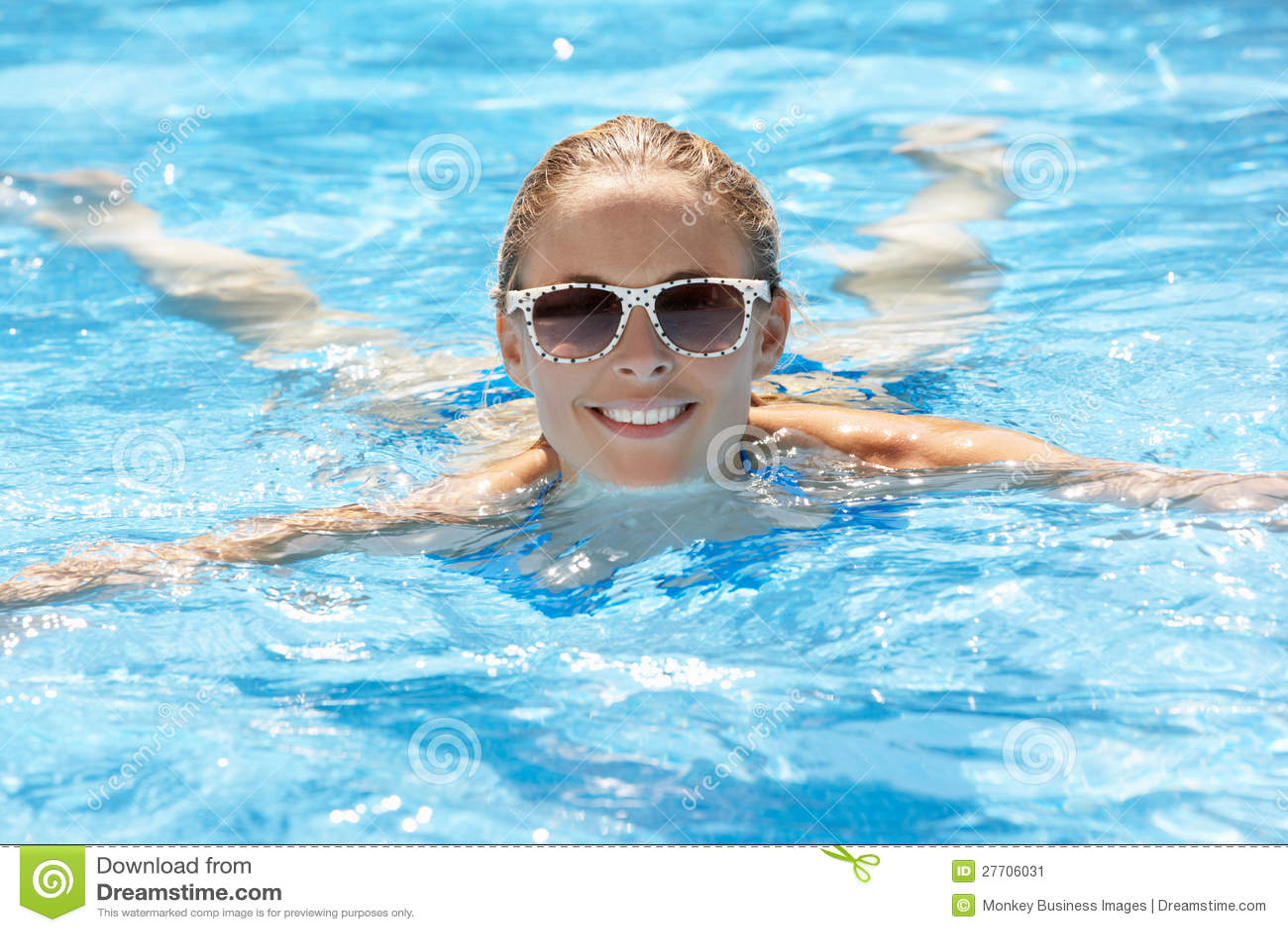 Заплывание женщины в бассеине