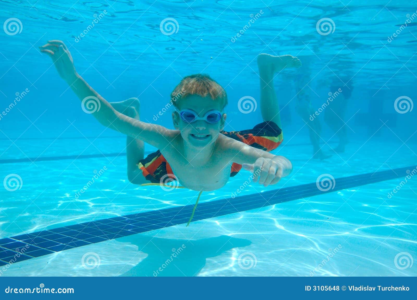 заплывание мальчика подводное