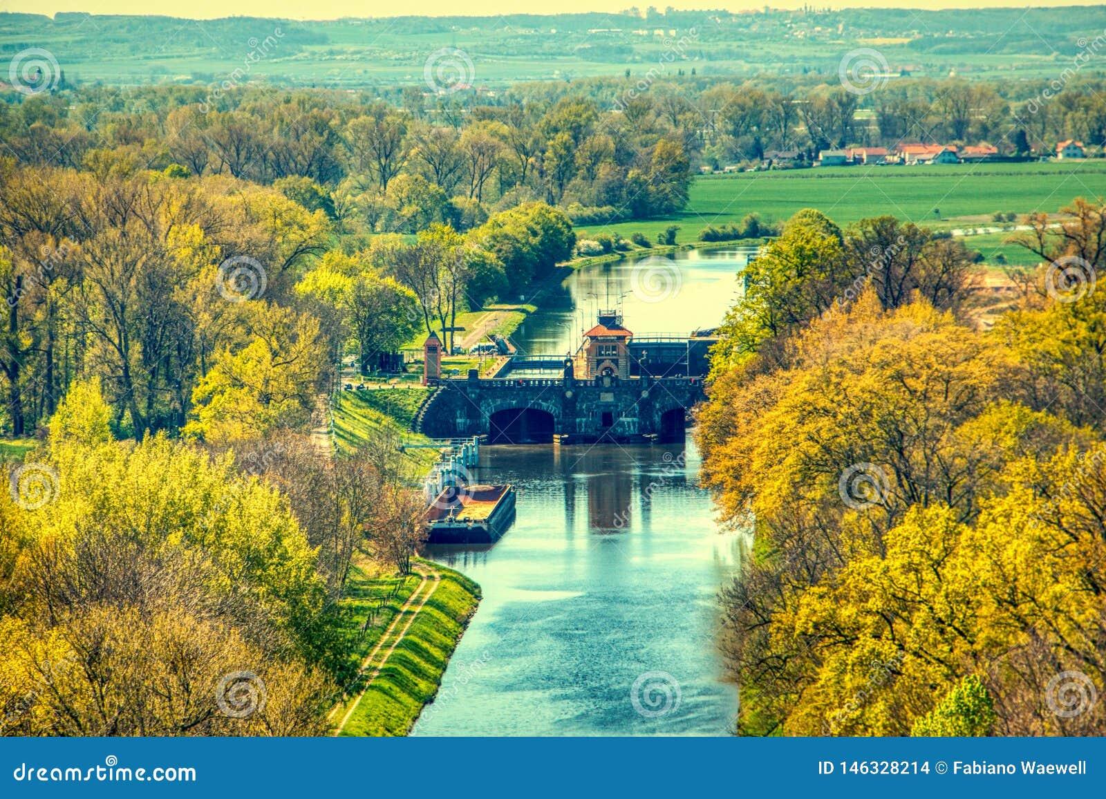 Запруда защиты от наводнений Влтавы летом melnik воздушным