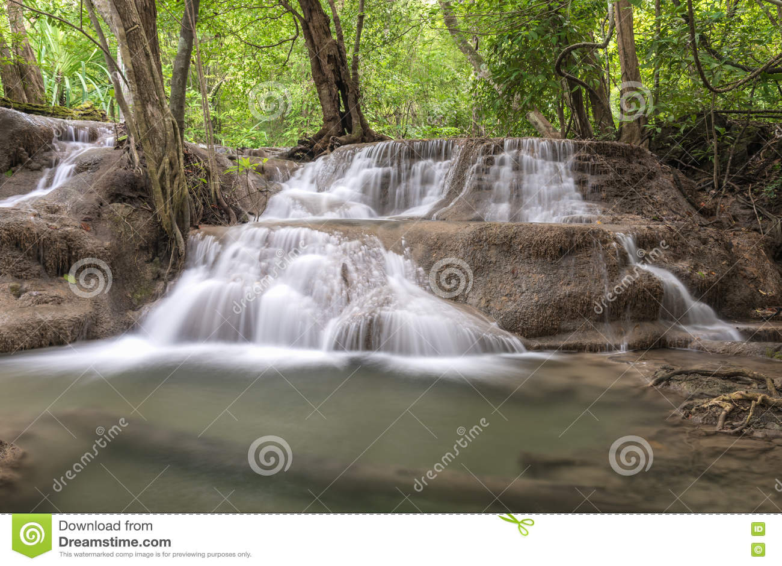 Запруда Srinakarin водопада Huai Mae Kamin в Kanchanaburi
