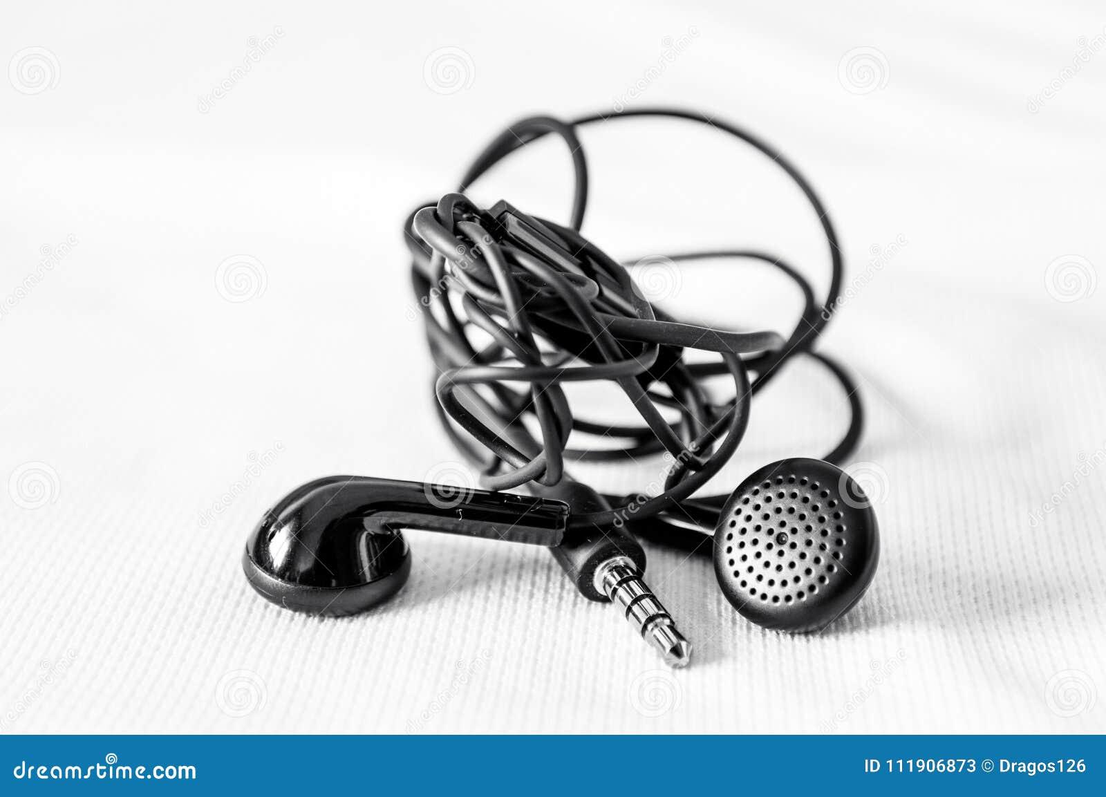 запутанные наушники на белизне стоковое изображение изображение