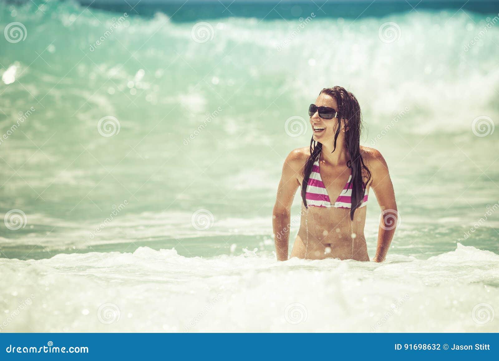Заплывание женщины на пляже