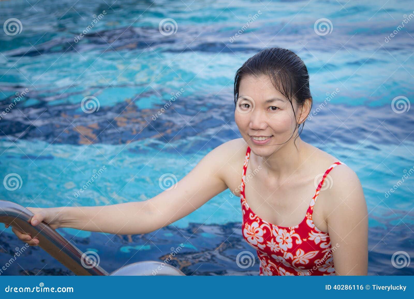 Заплыв молодой женщины в бассейне