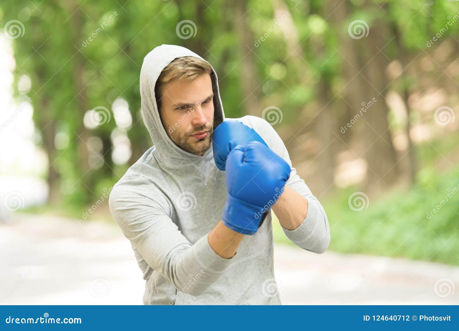 Заточите его искусство Сконцентрированные спортсменом тренируя перчатки бокса Сконцентрированная спортсменом практика перчаток сп