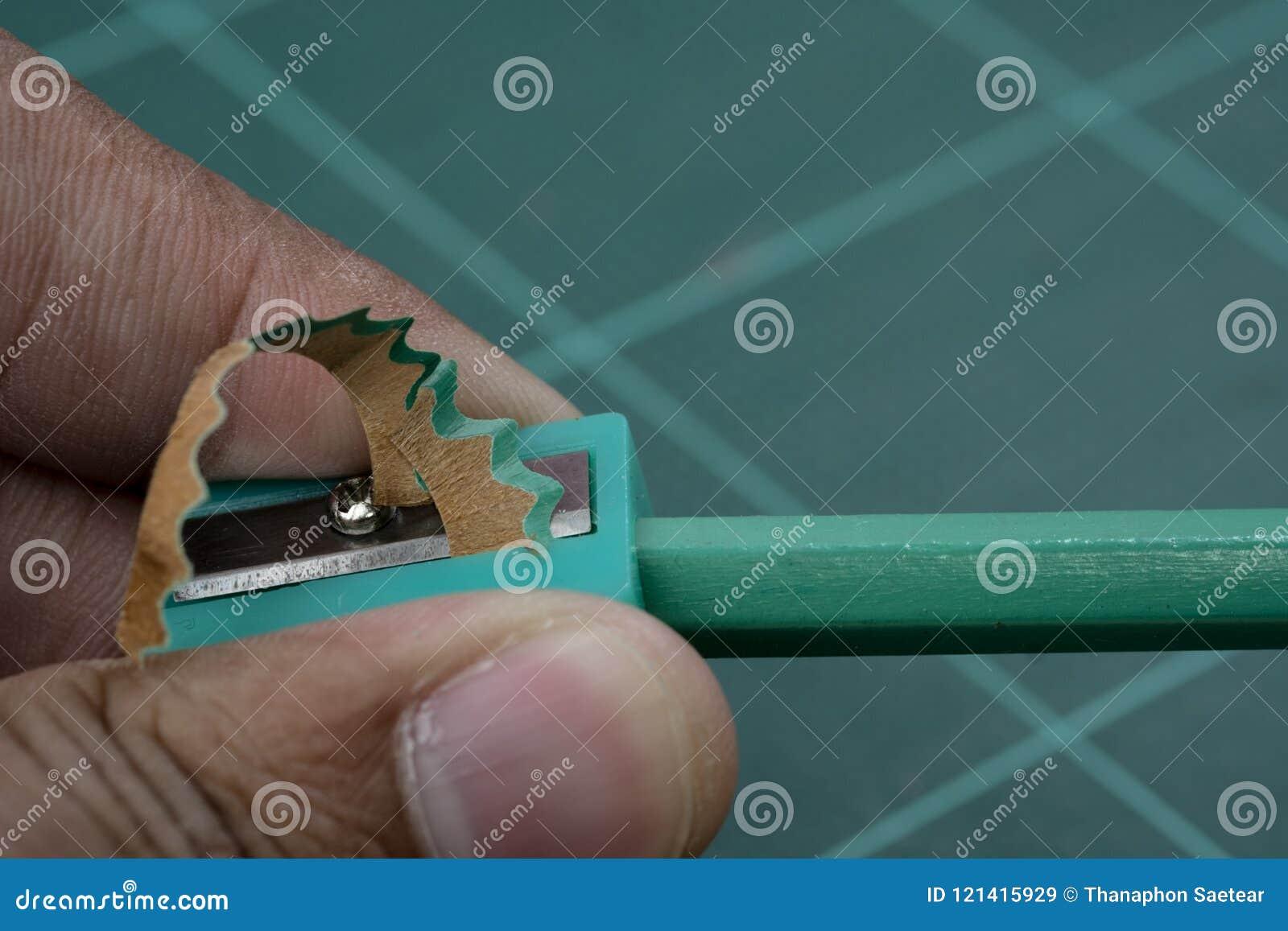 Заточите зеленый карандаш с зеленым заточником