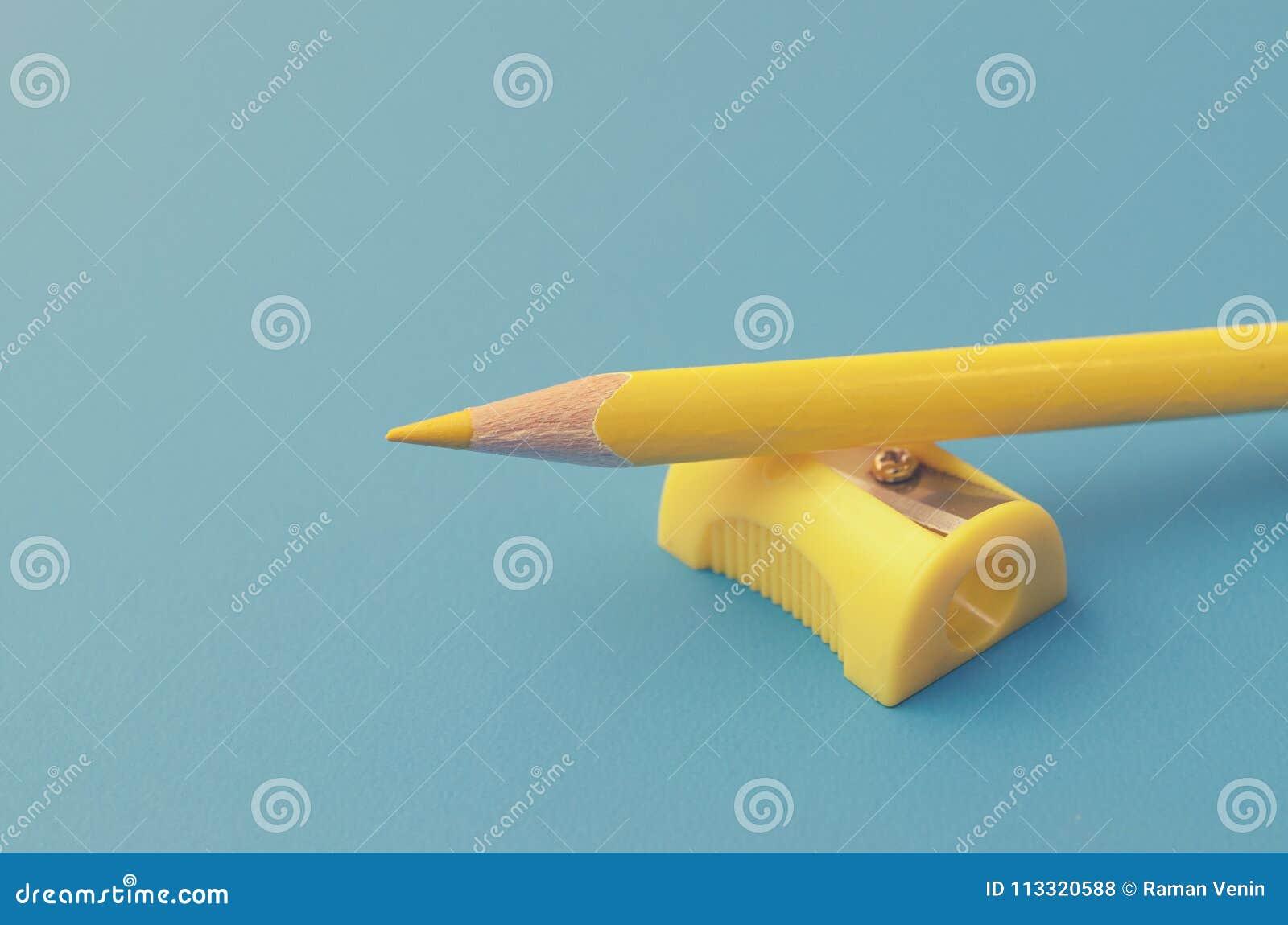 Заточите покрашенные карандаши с заточником