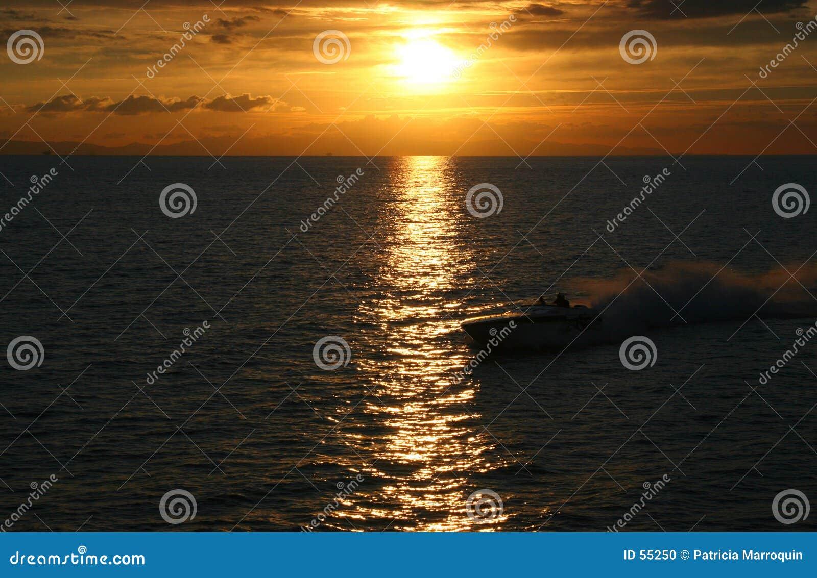 заход солнца быстроходного катера