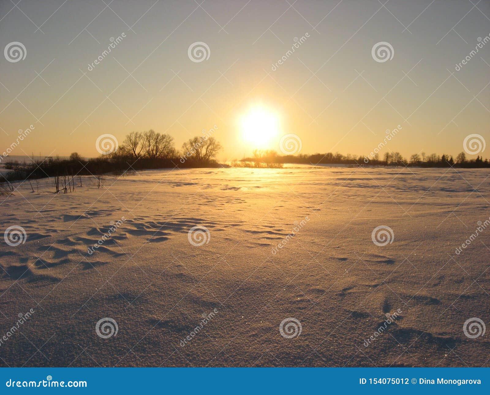 Заход солнца вечера зимы