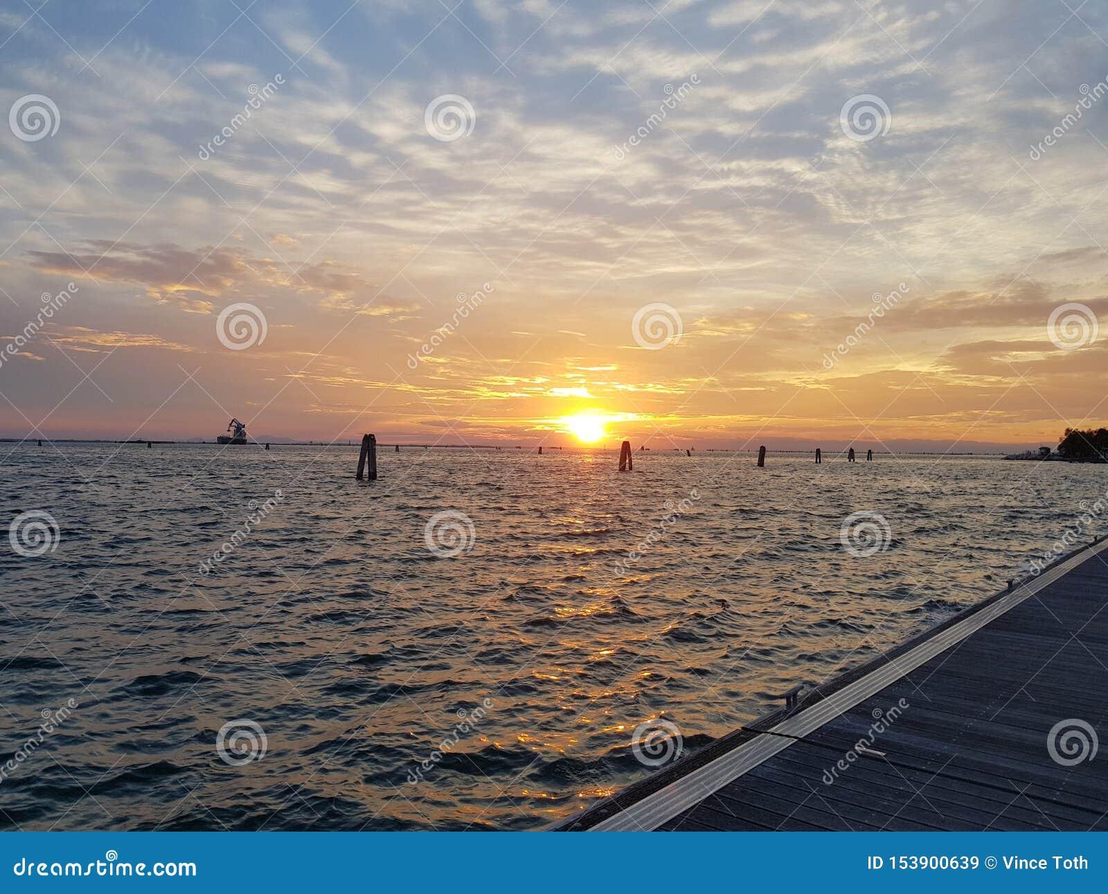 Заход солнца в гавани Венеции