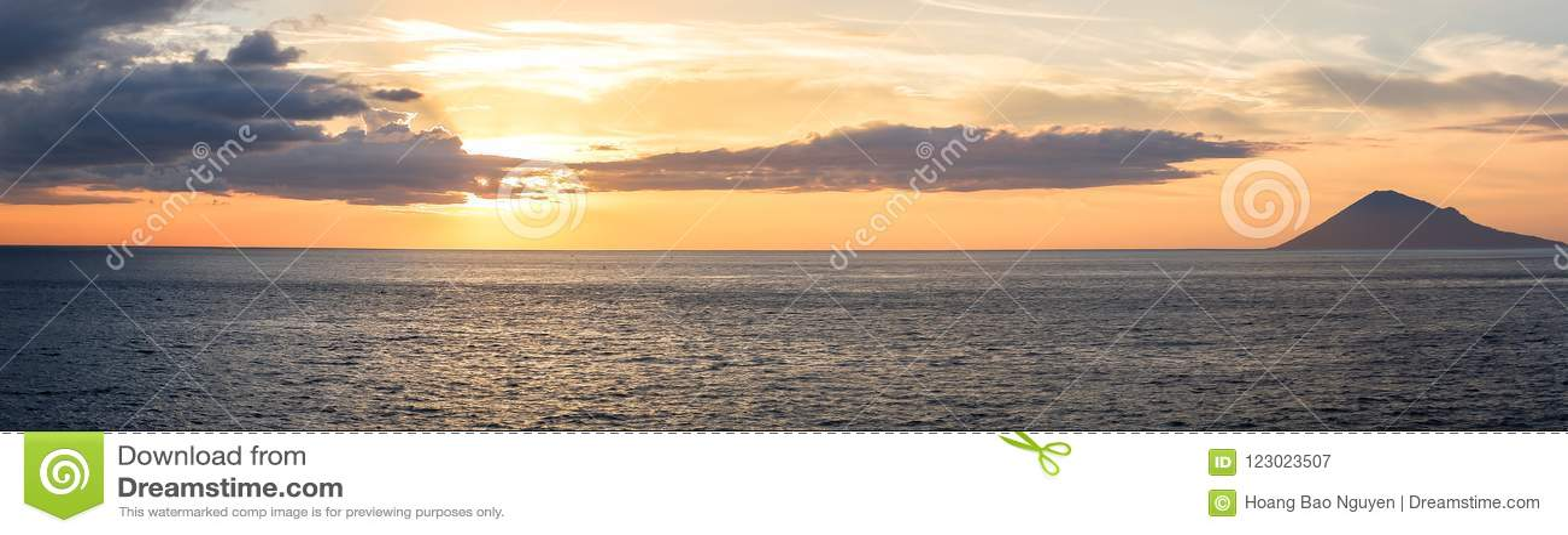 Заход солнца в городе Manado, северном Сулавеси