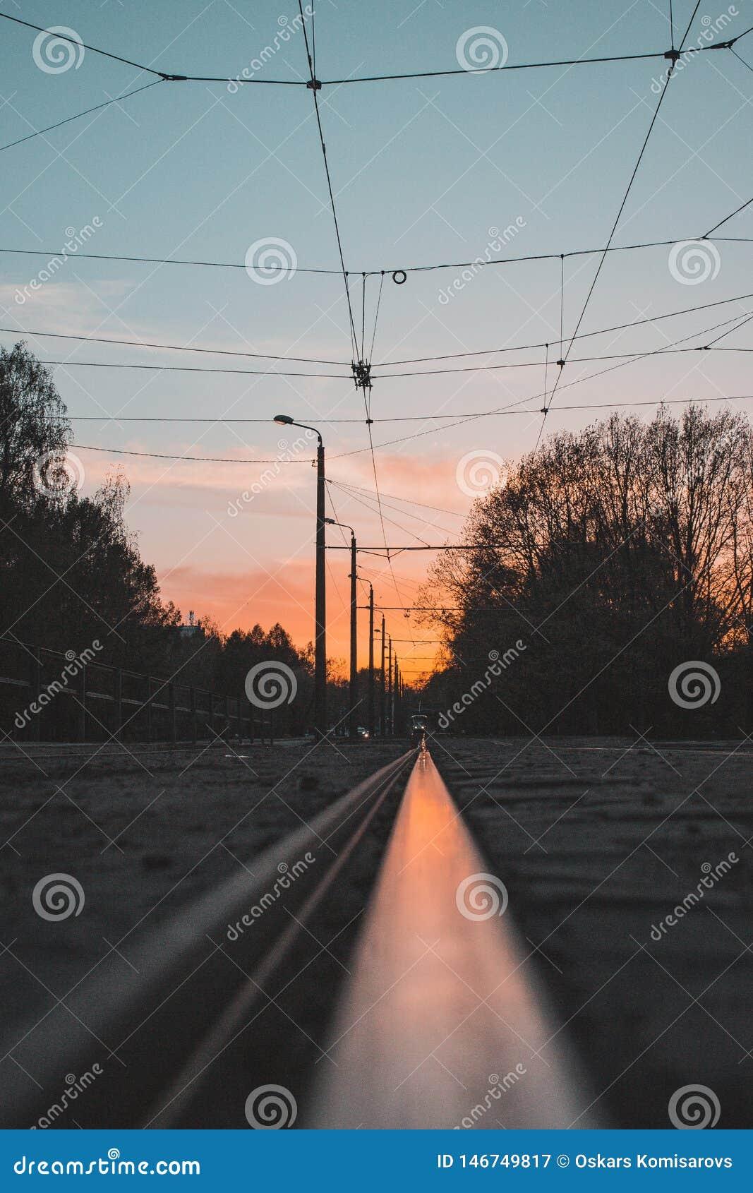 Заход солнца в отражении рельса трамвая