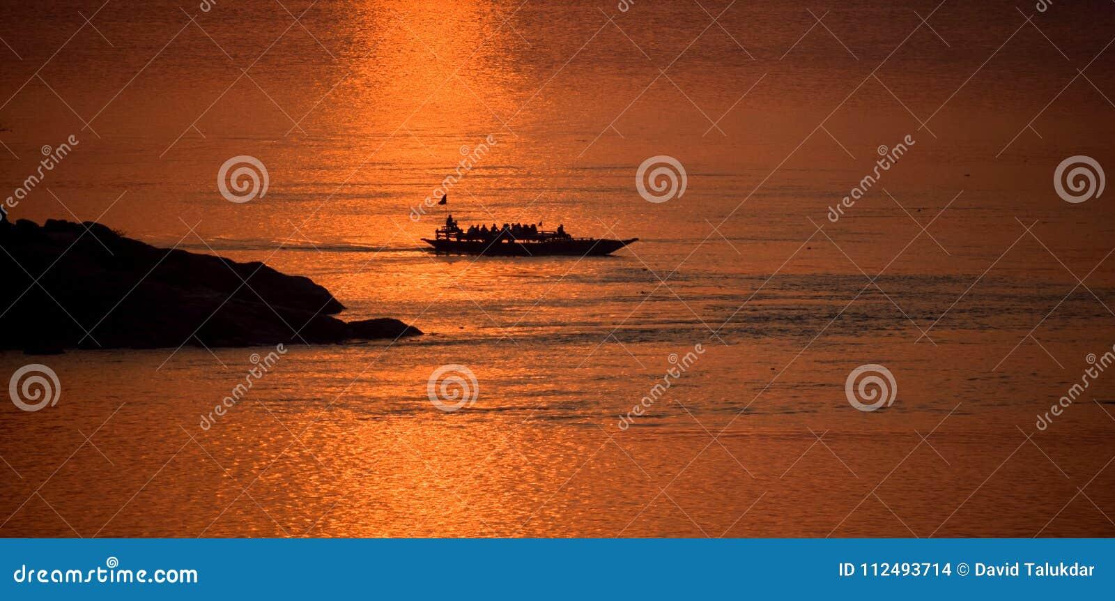 Заход солнца в Реке Brahmaputra