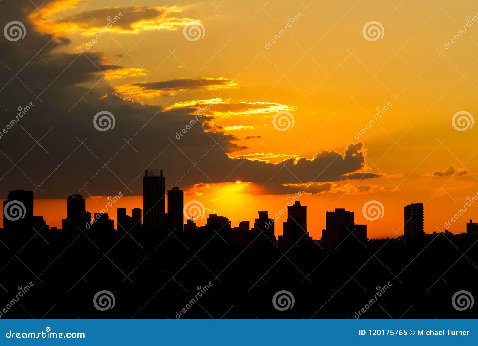 Заход солнца города силуэта в Йоханнесбурге Южной Африке