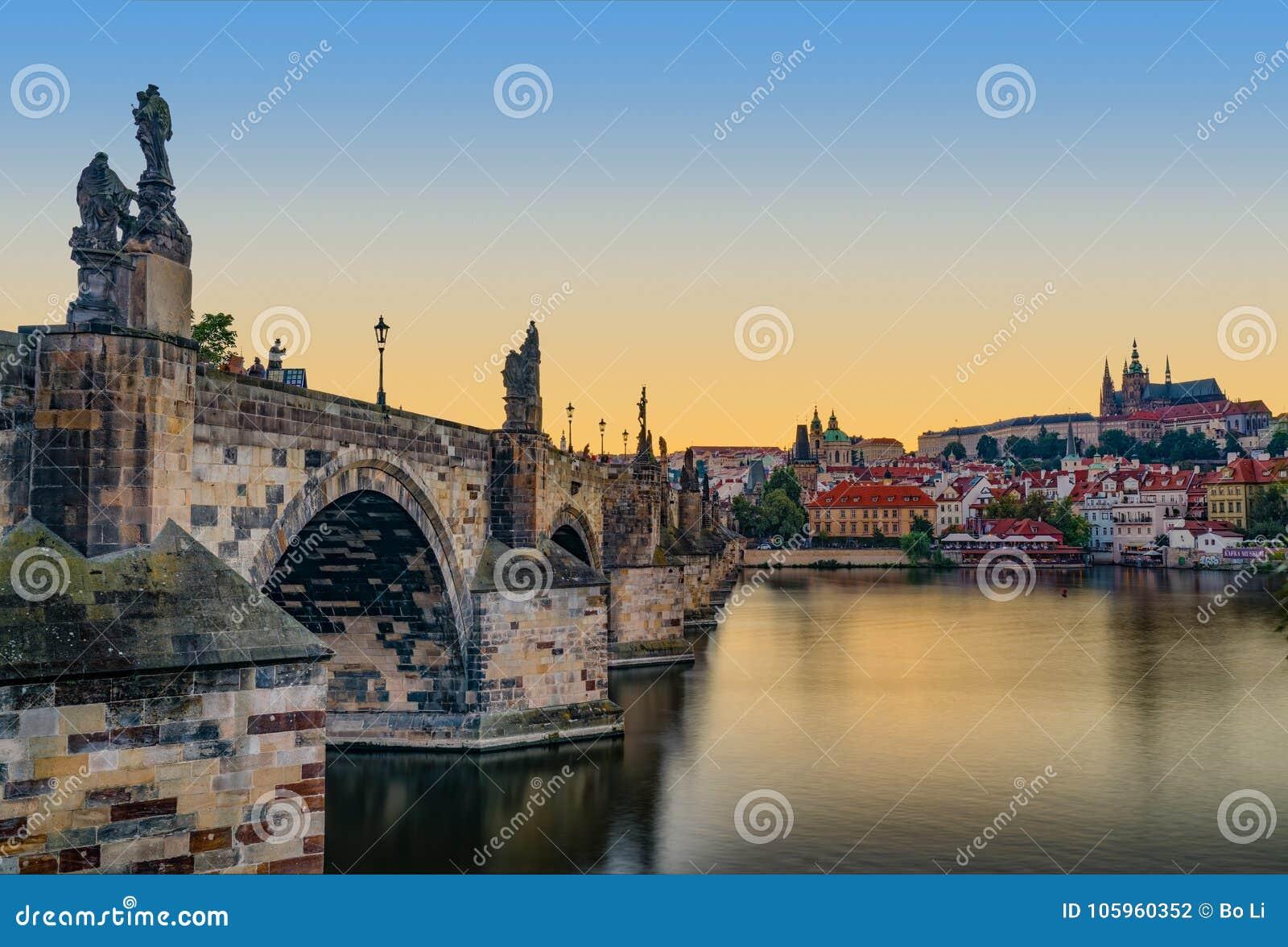 Заход солнца замка и Карлова моста Праги