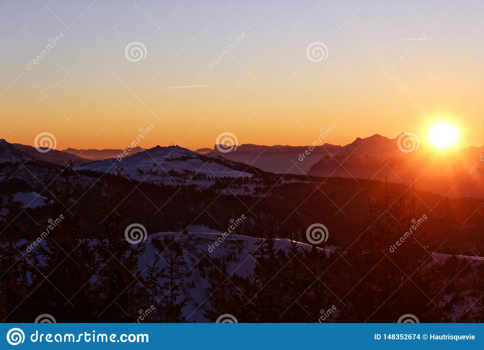 Заход солнца ласкает горы во французских горных вершинах