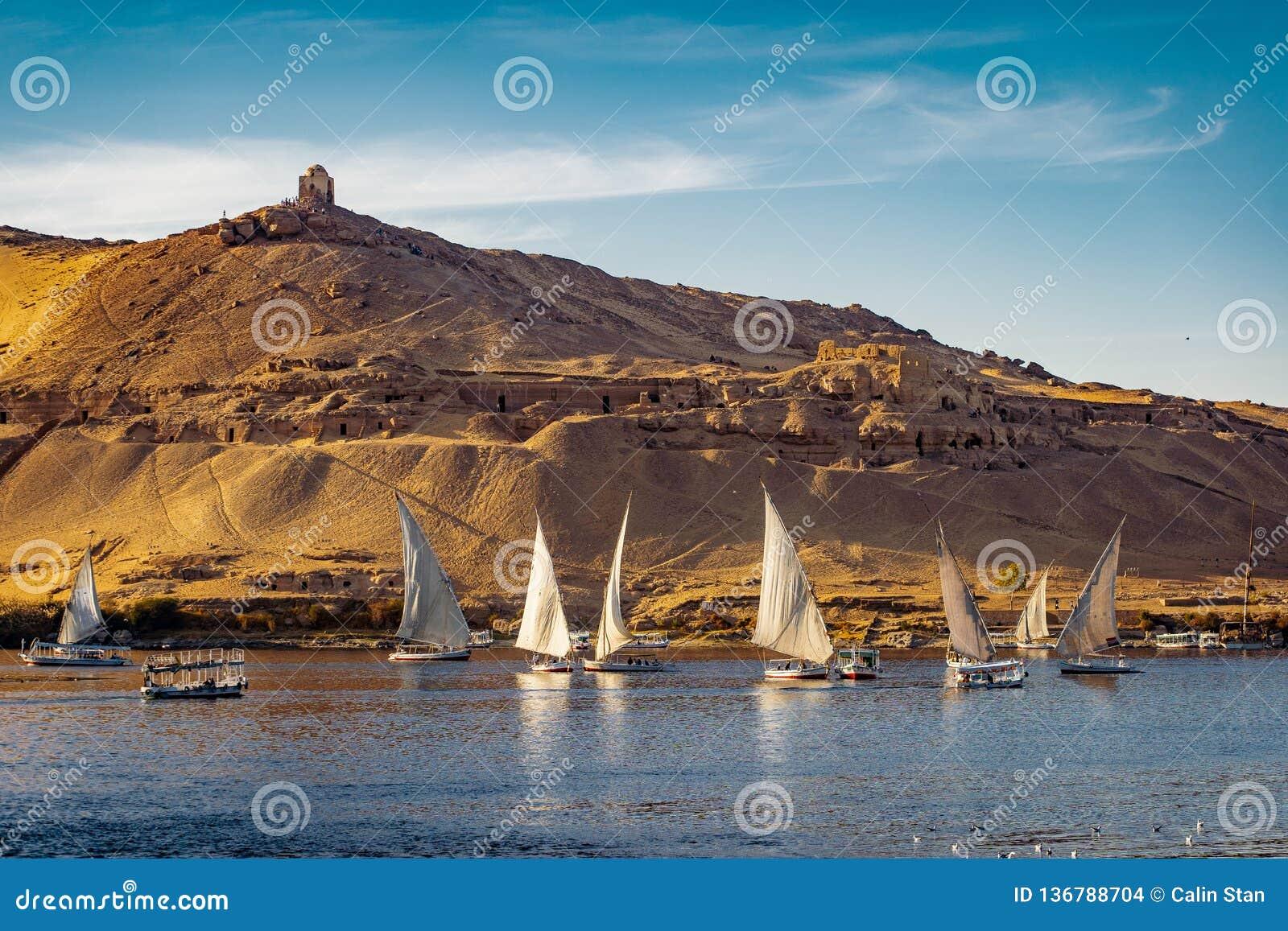 Заход солнца Луксора на Ниле Египте