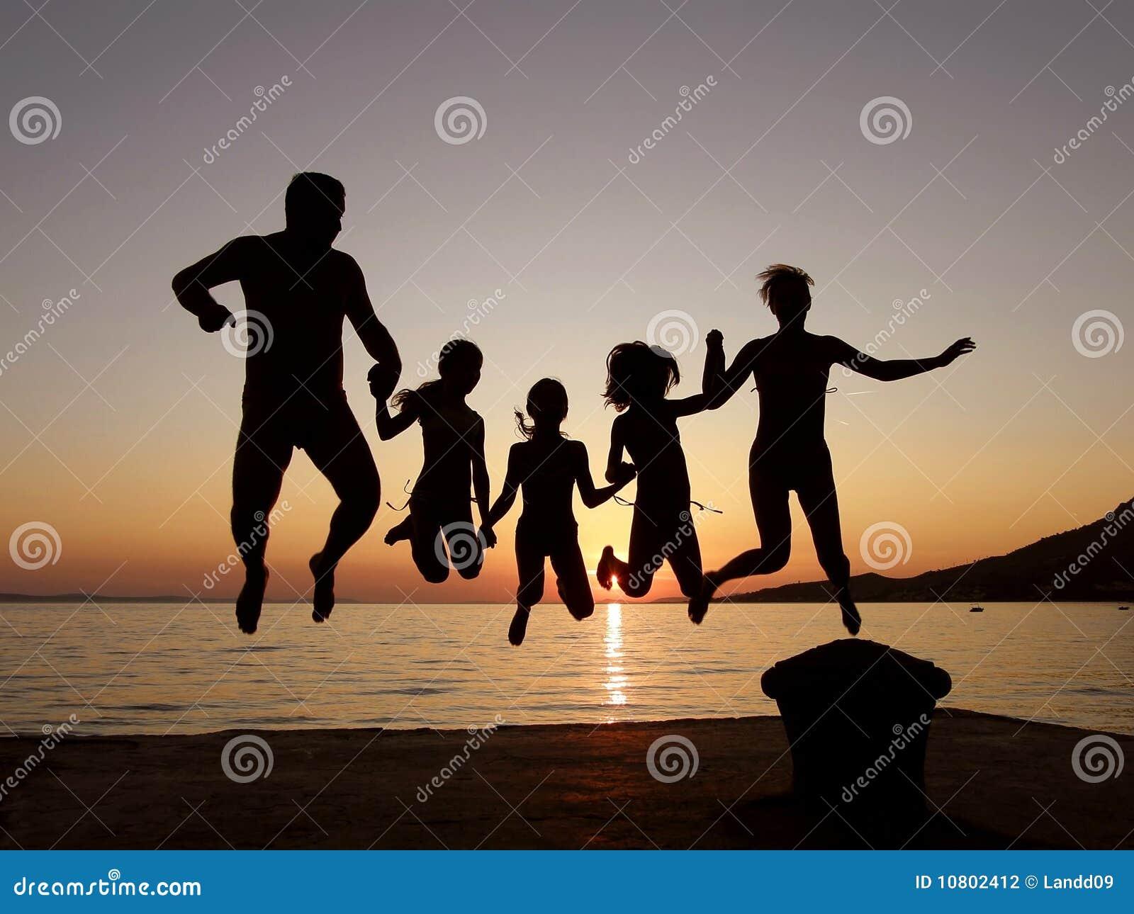заход солнца моря семьи скача