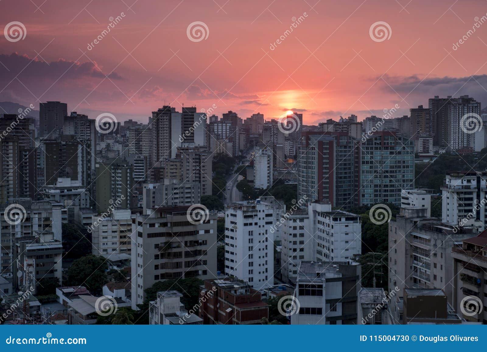 Заход солнца над городом Каракаса, взгляд Westside, Венесуэла