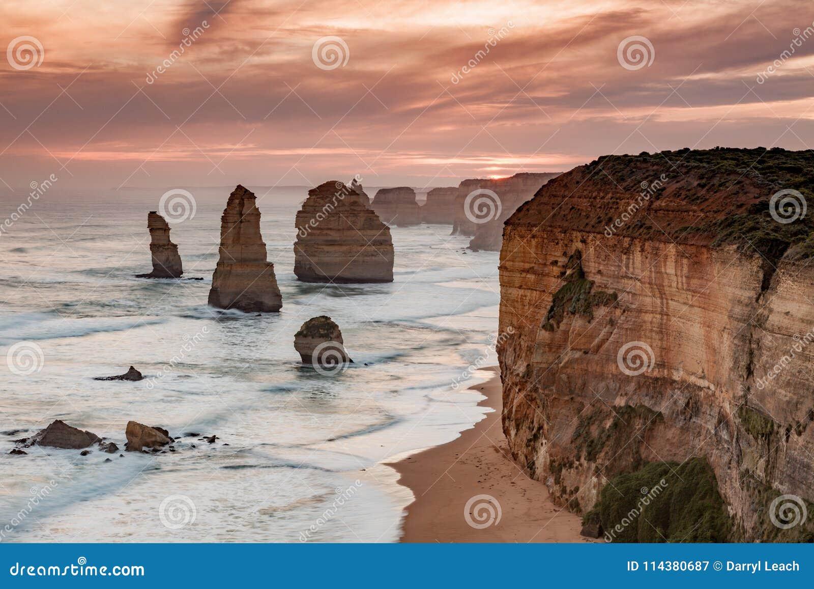 Заход солнца над иконическими 12 апостолами переносит campbell Викторию Австралию в 2010
