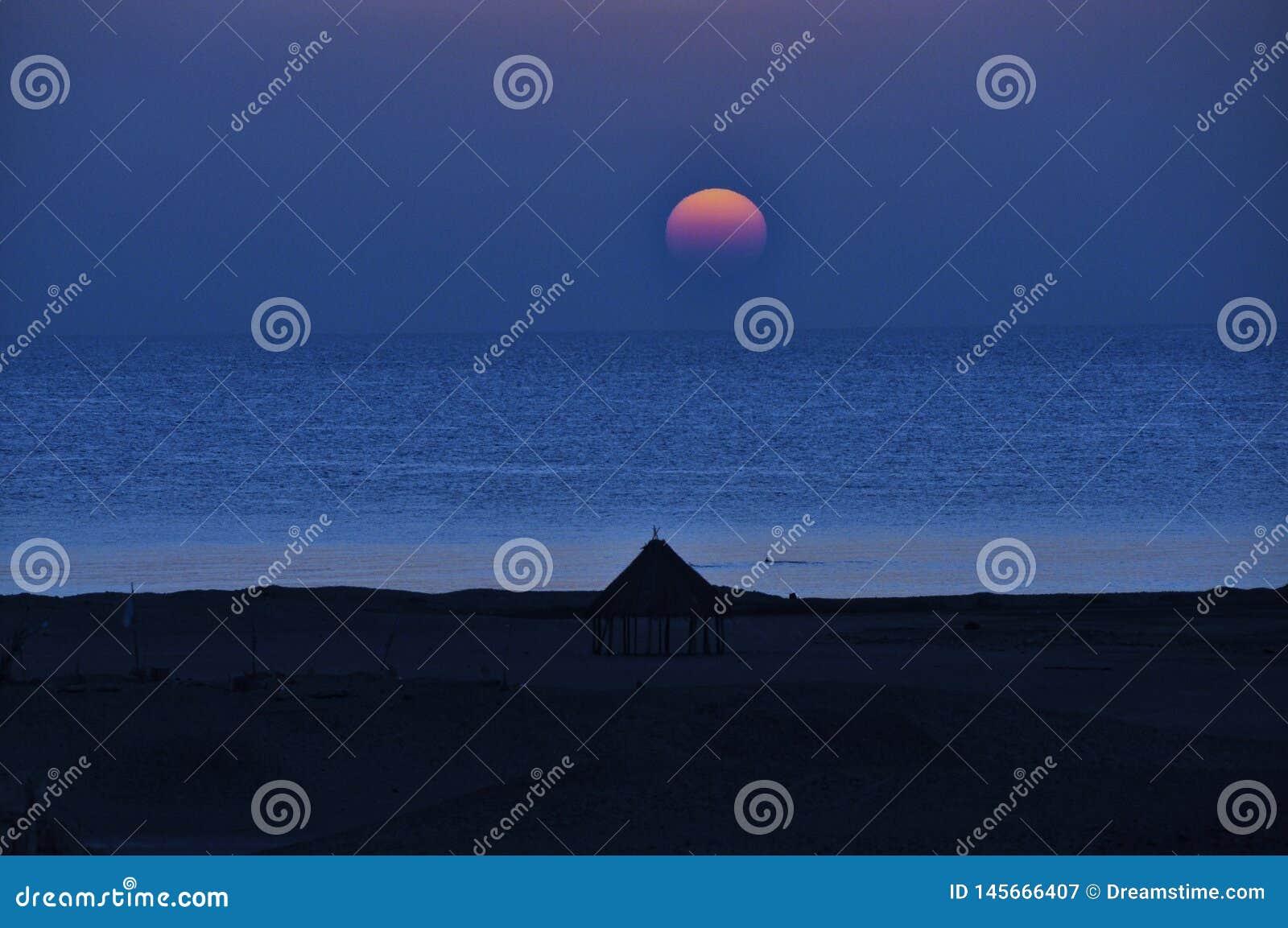 Заход солнца над морем пляжем
