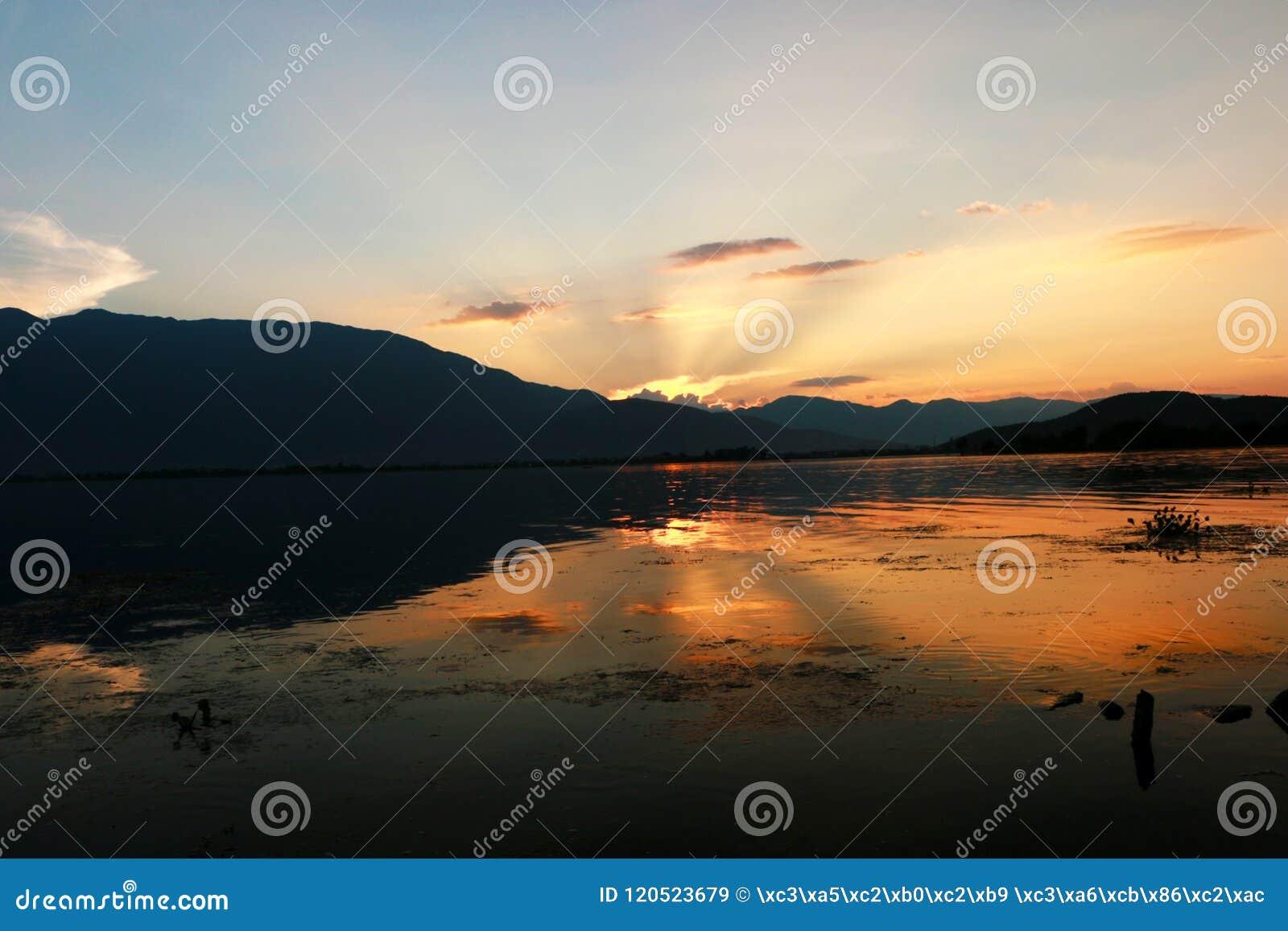 Заход солнца над озером lugu, Dali, Юньнань, Китаем
