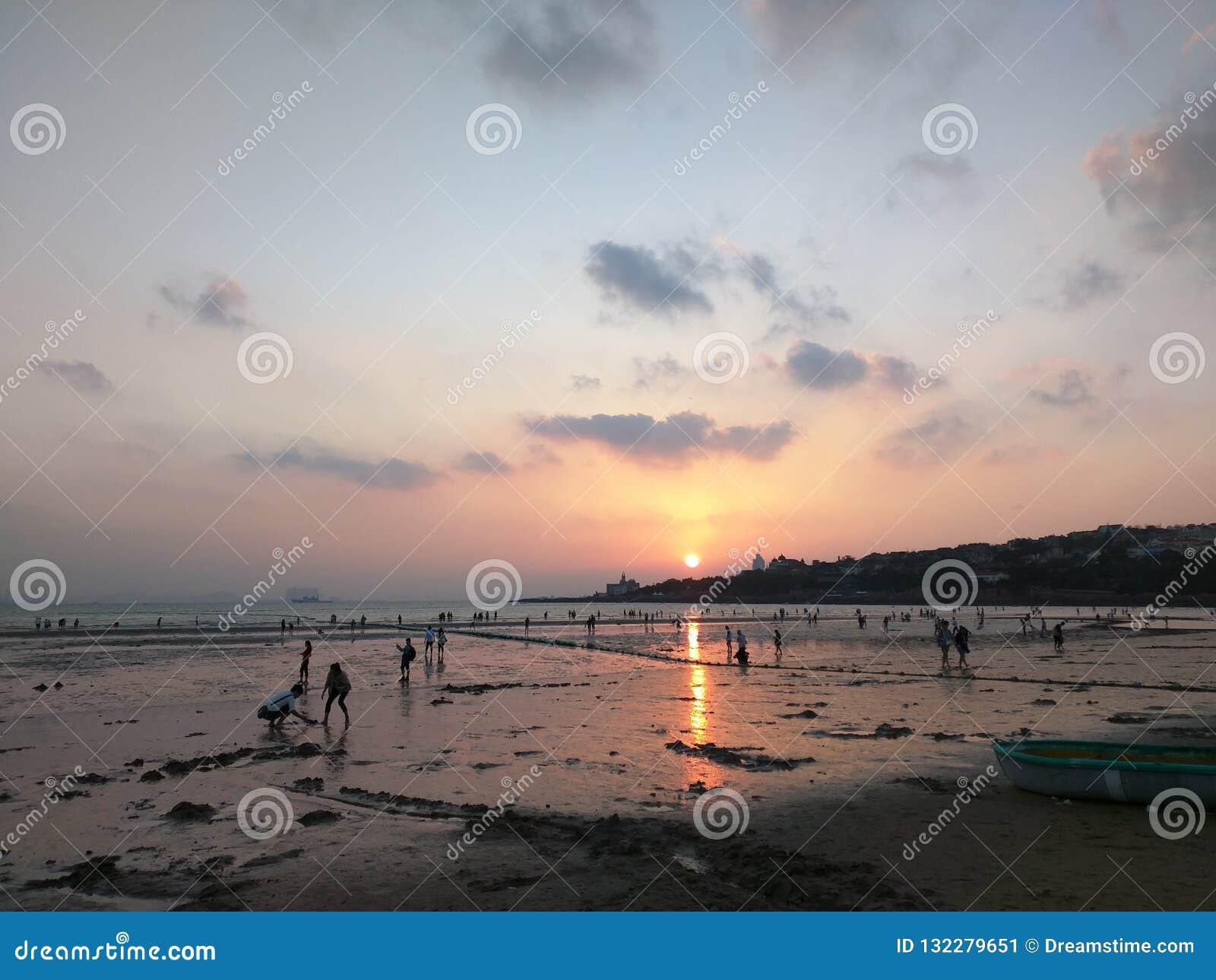 Заход солнца на побережье Qingdao