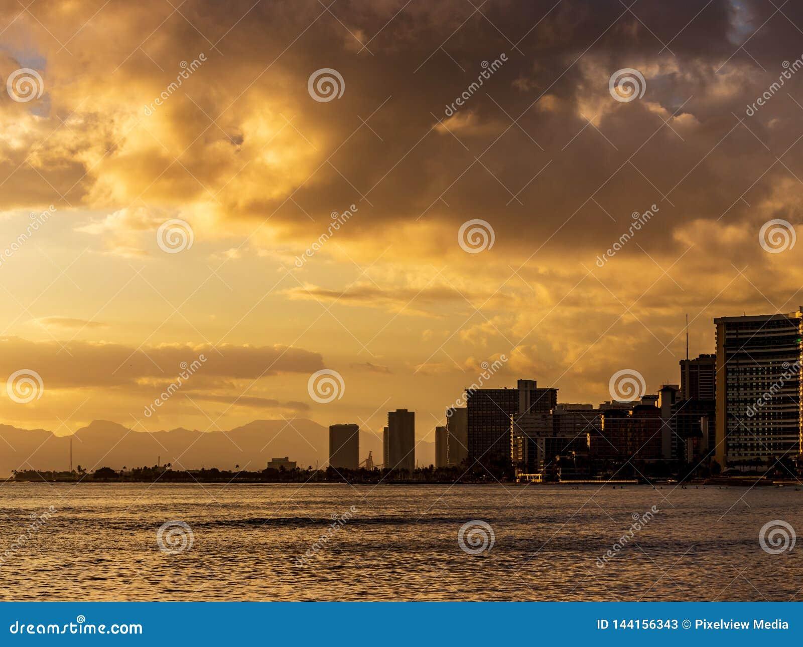 Заход солнца на Waikiki в Гонолулу