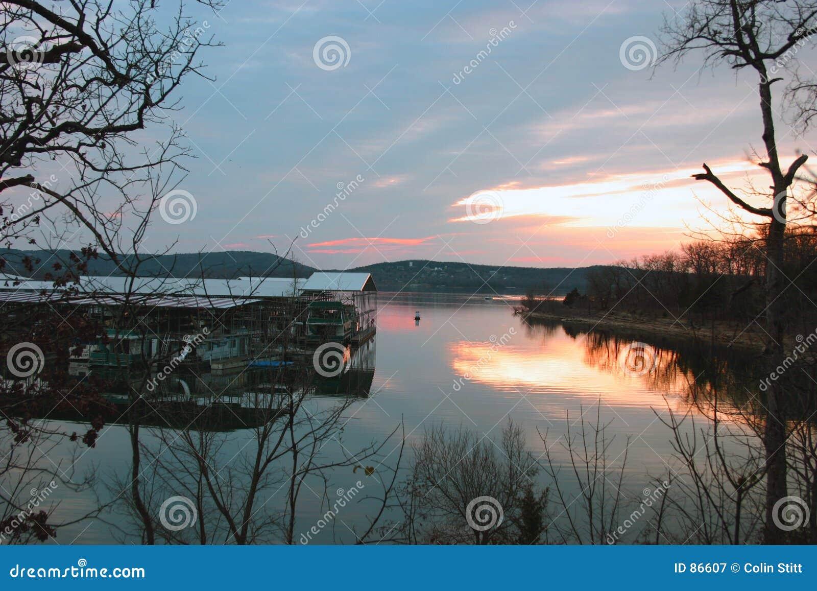 заход солнца озера стыковки шлюпки