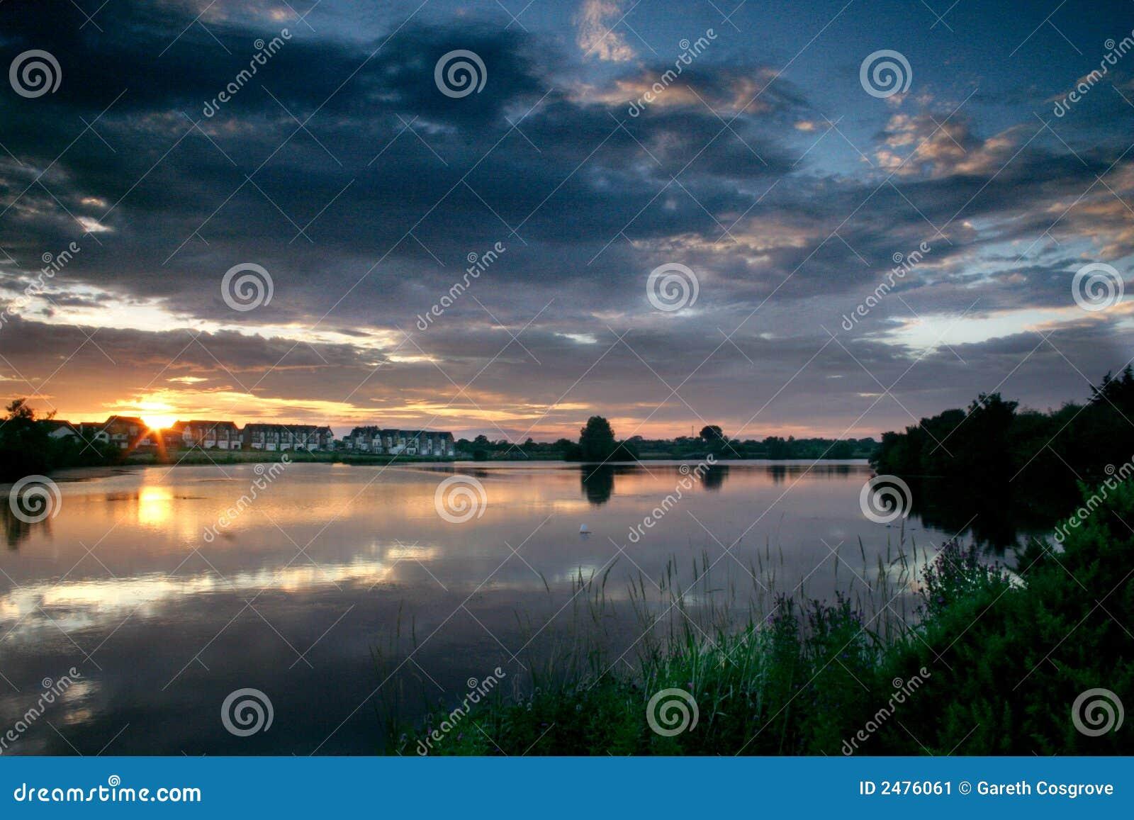 заход солнца озера