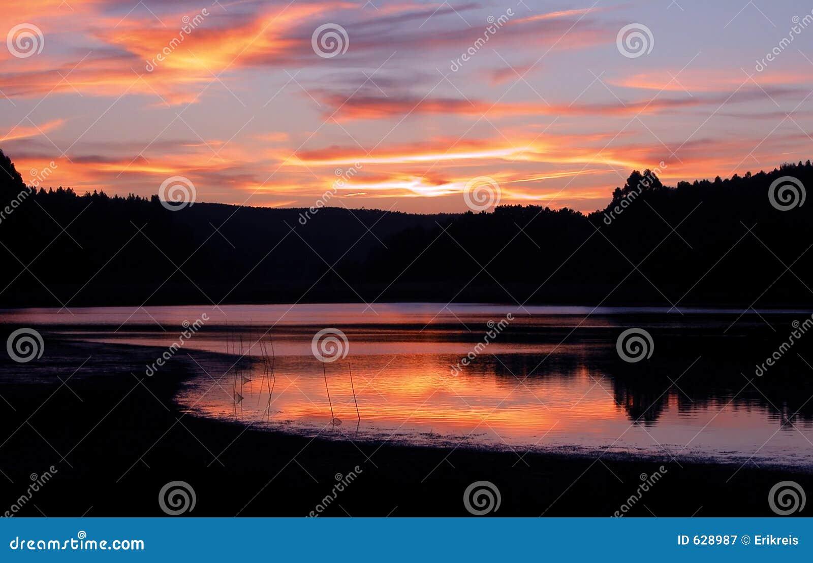 Download заход солнца озера стоковое изображение. изображение насчитывающей остров - 628987