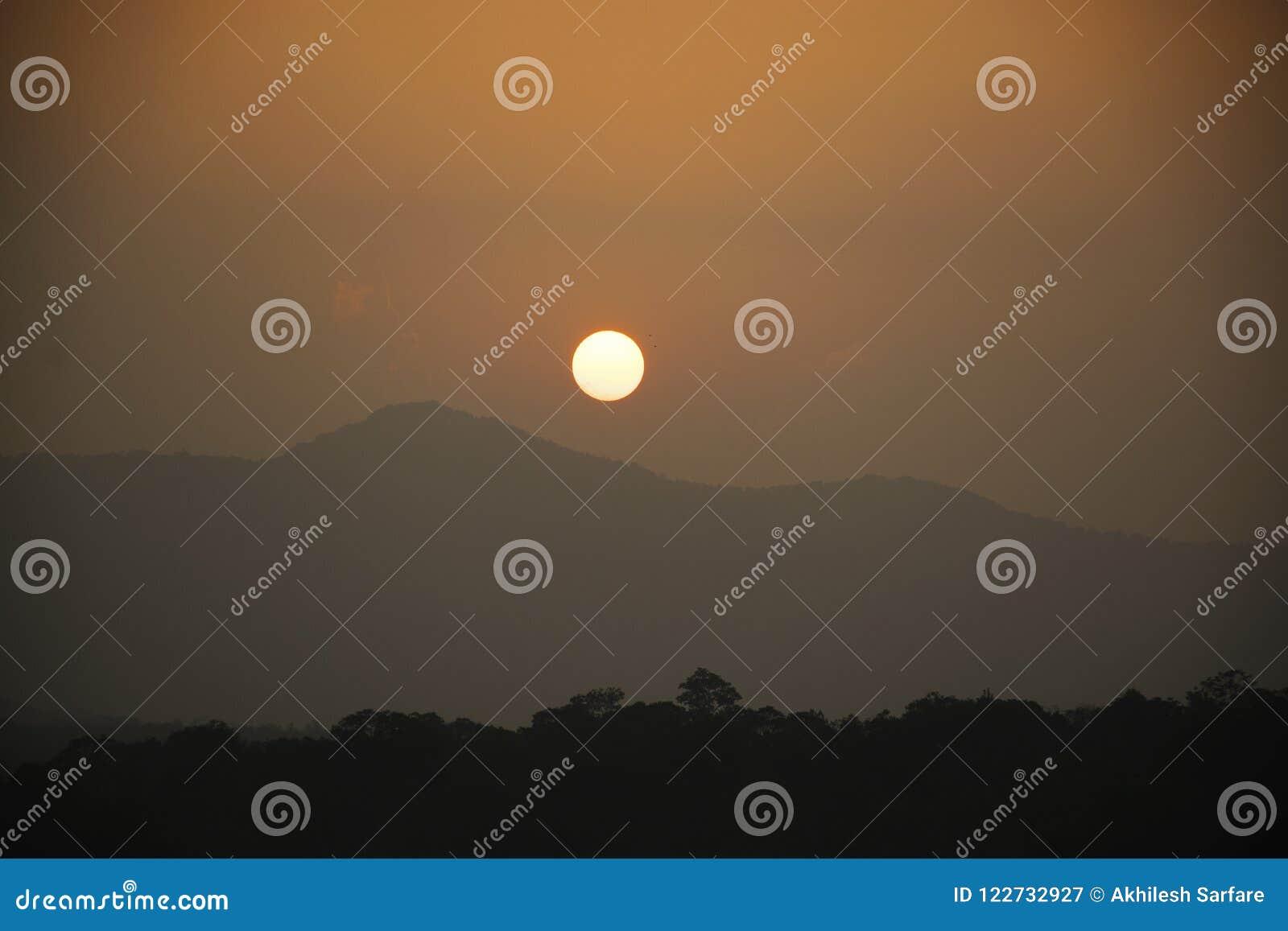 Заход солнца от запруды Chiklihole в Karnataka
