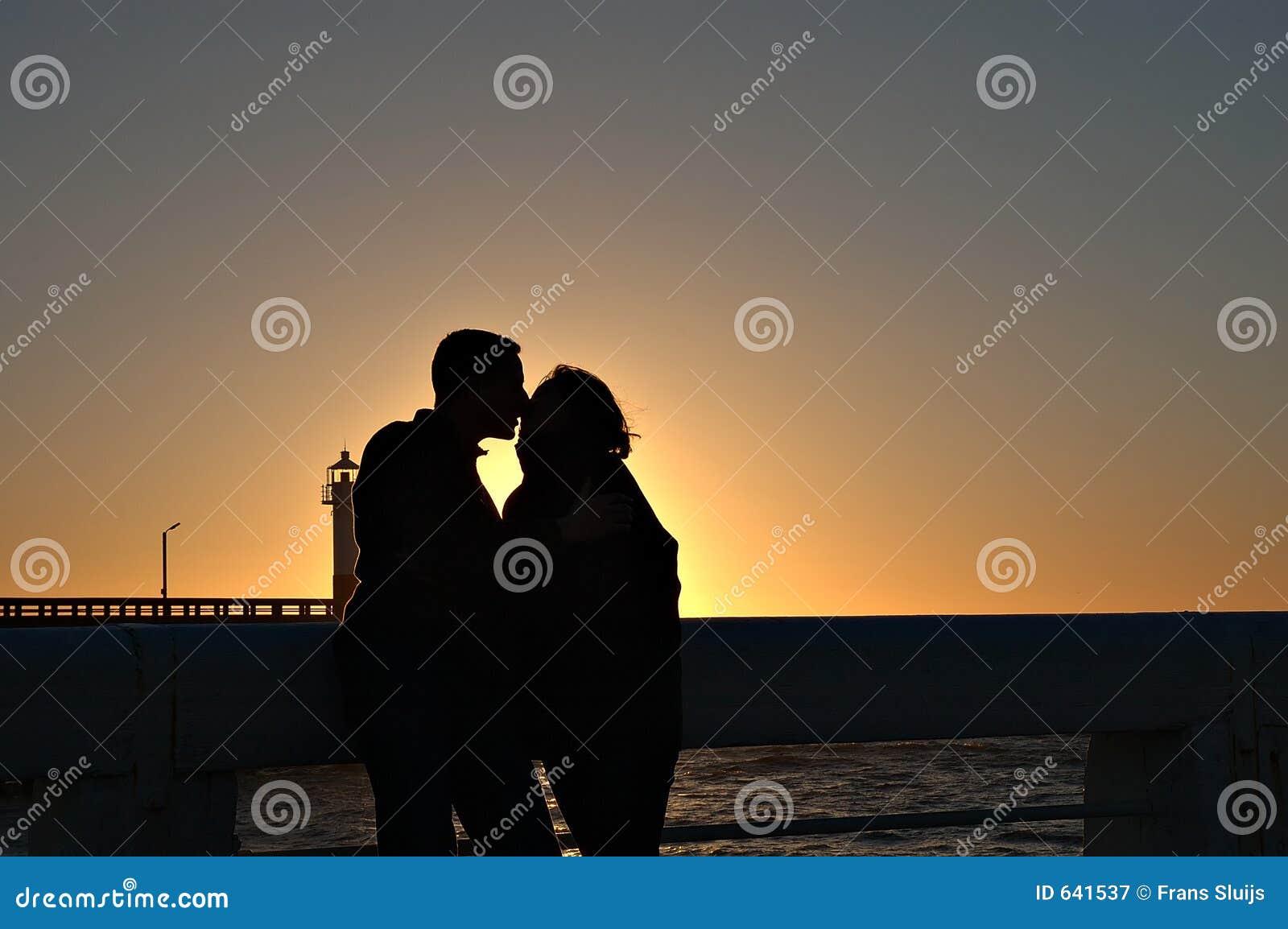 Download заход солнца пар целуя стоковое изображение. изображение насчитывающей снаружи - 641537