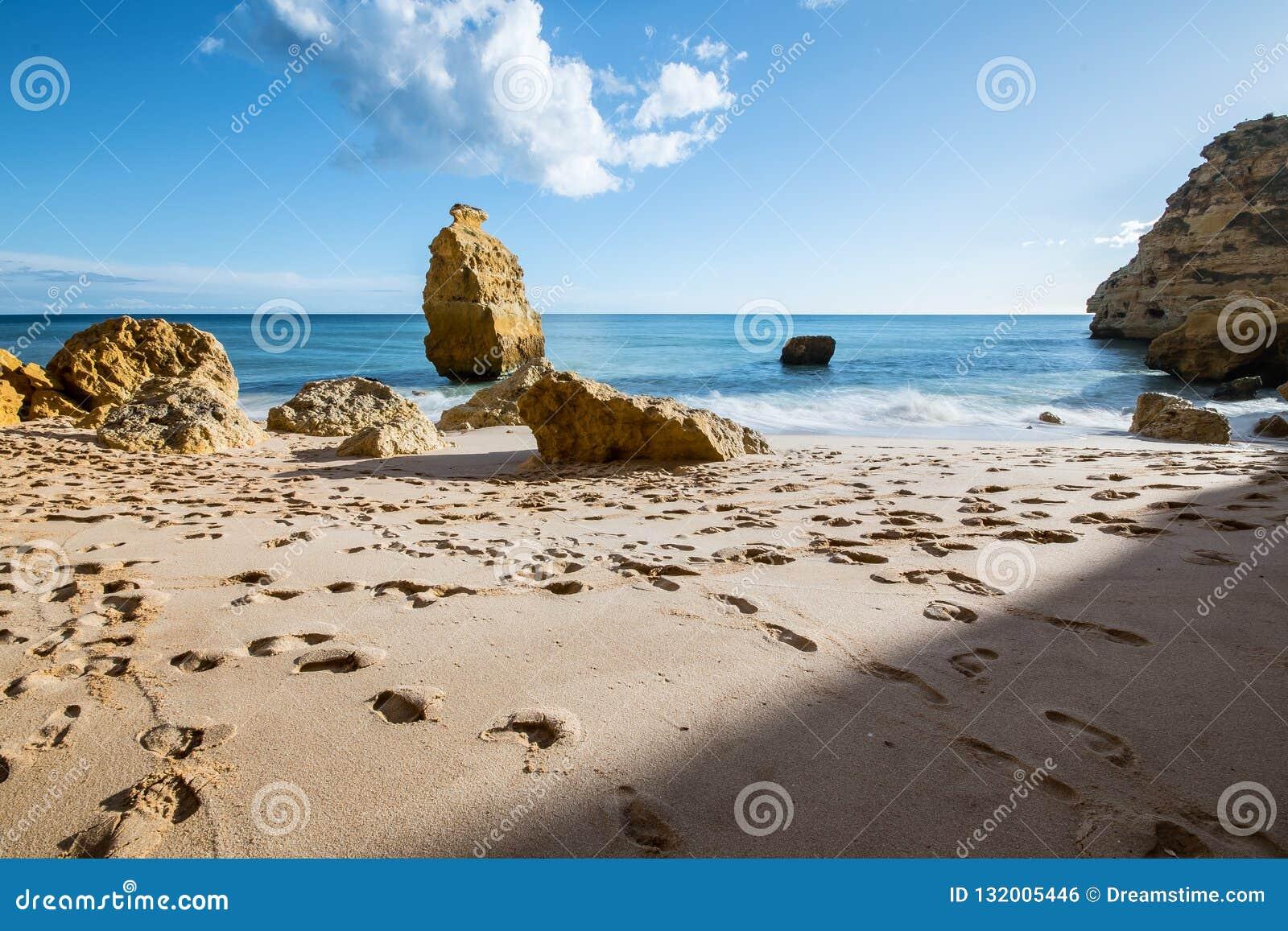 Заход солнца пляжа Марины, к югу от Португалии