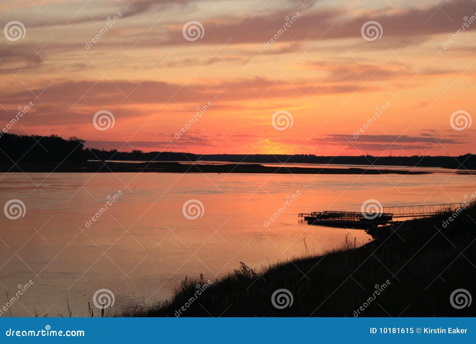 заход солнца реки Миссури