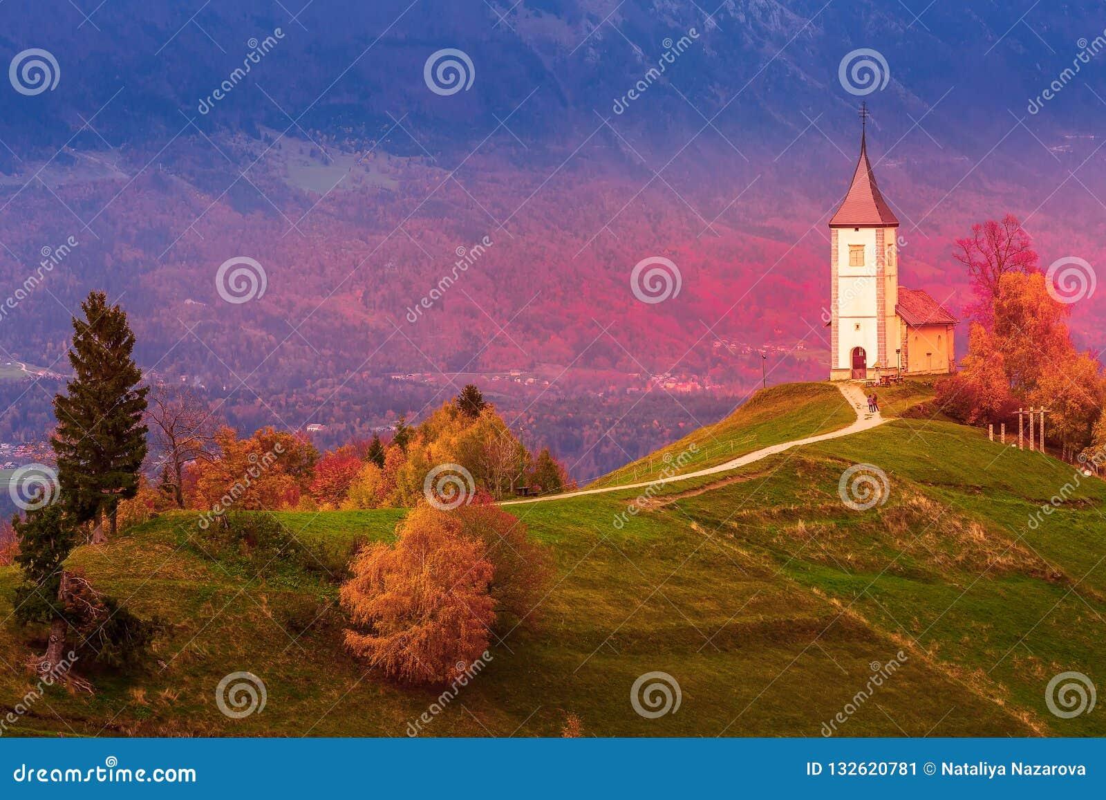 Заход солнца с церковью поверх холма, Словении