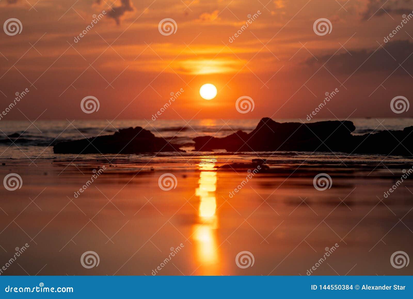 Заход солнца Таиланда отражая на пляже
