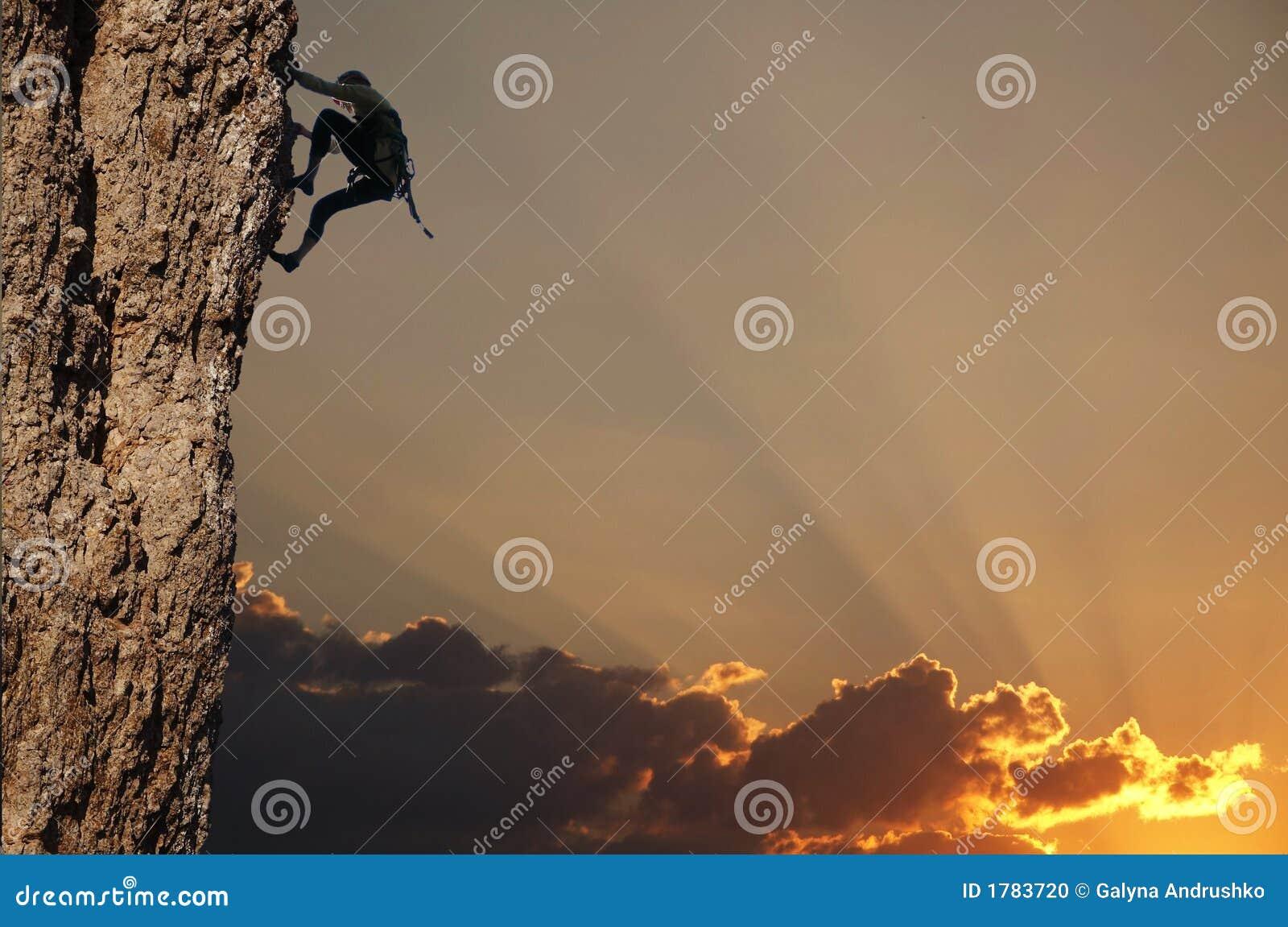 заход солнца утеса альпиниста