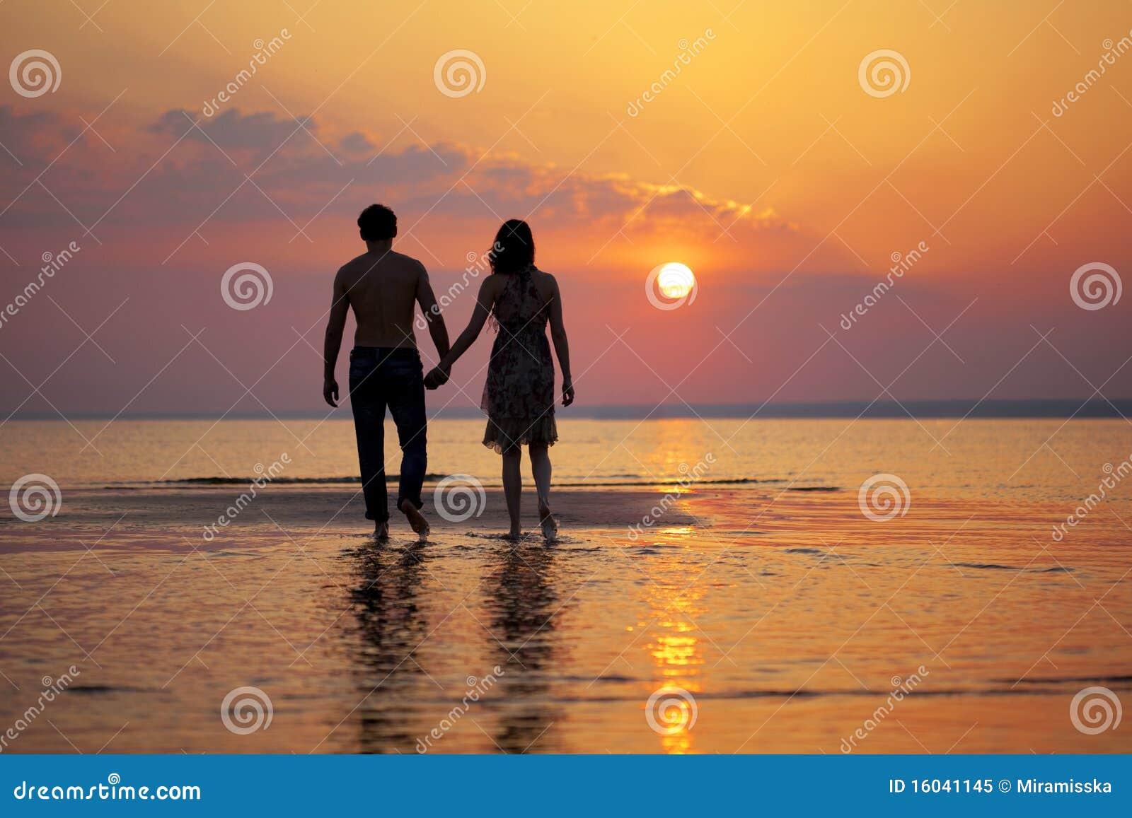 заход солнца 2 людей влюбленности
