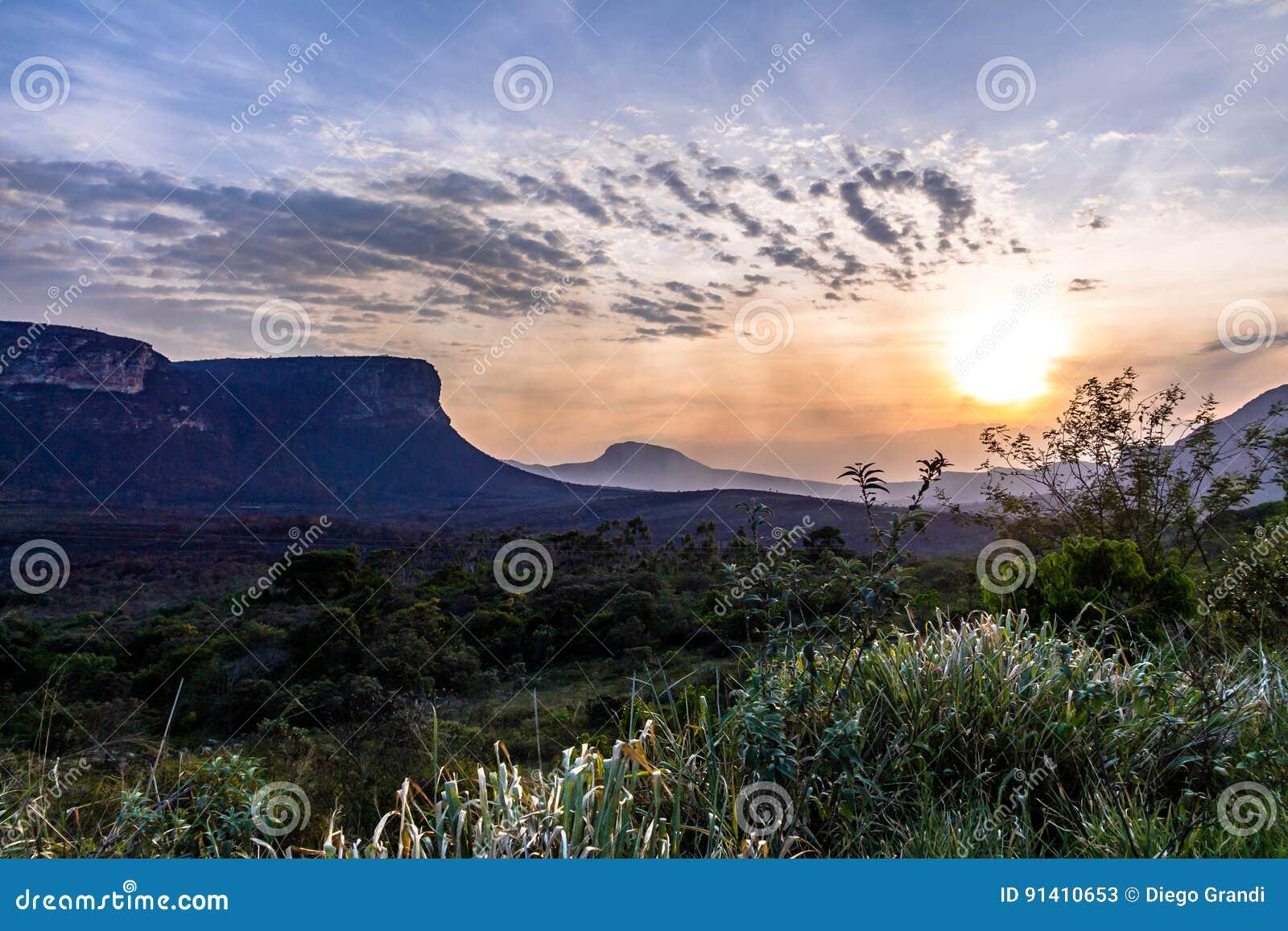 Заход солнца в национальном парке Chapada Diamantina - Бахи, Бразилии