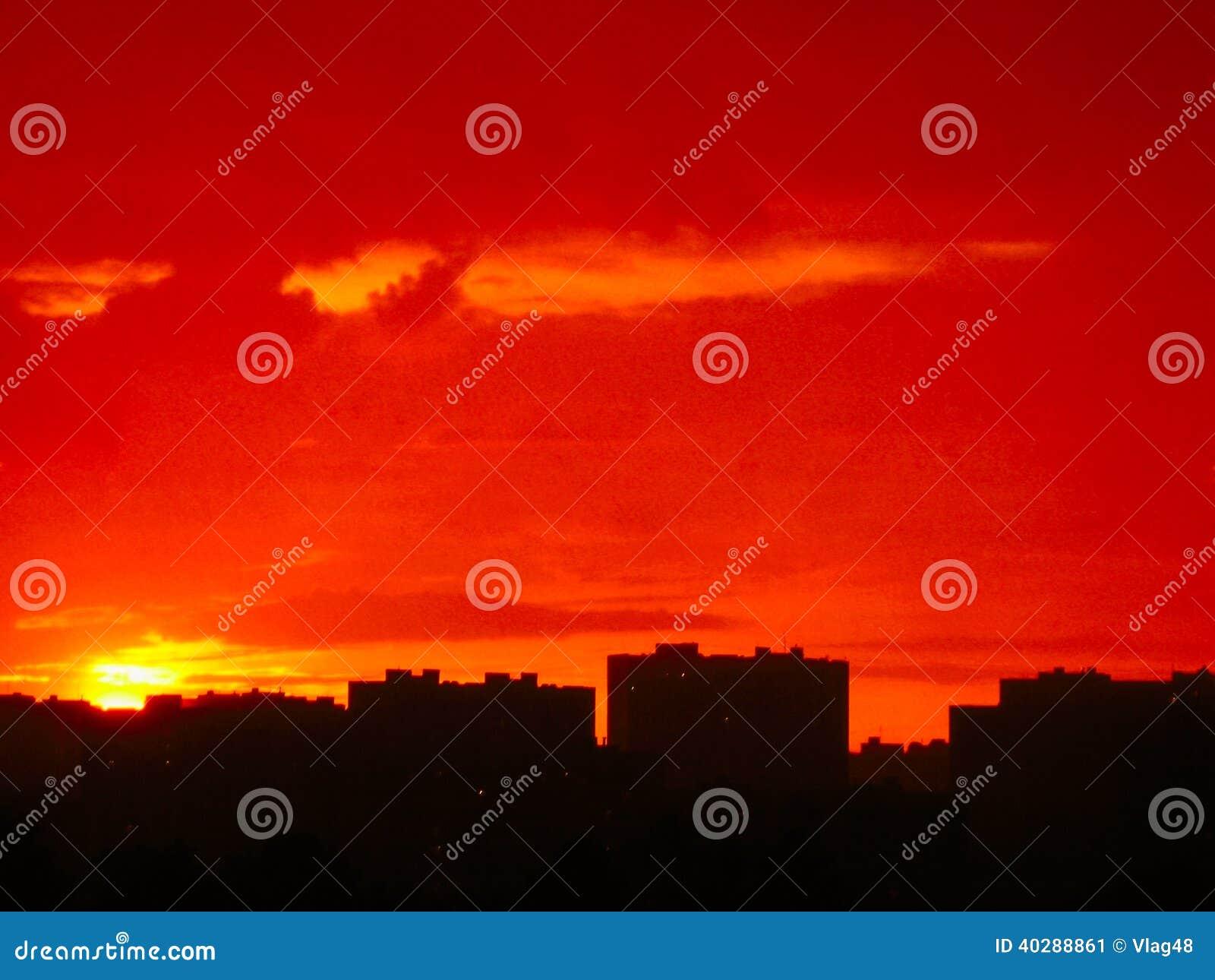 Заход солнца в одном из жилых районов города Москвы.