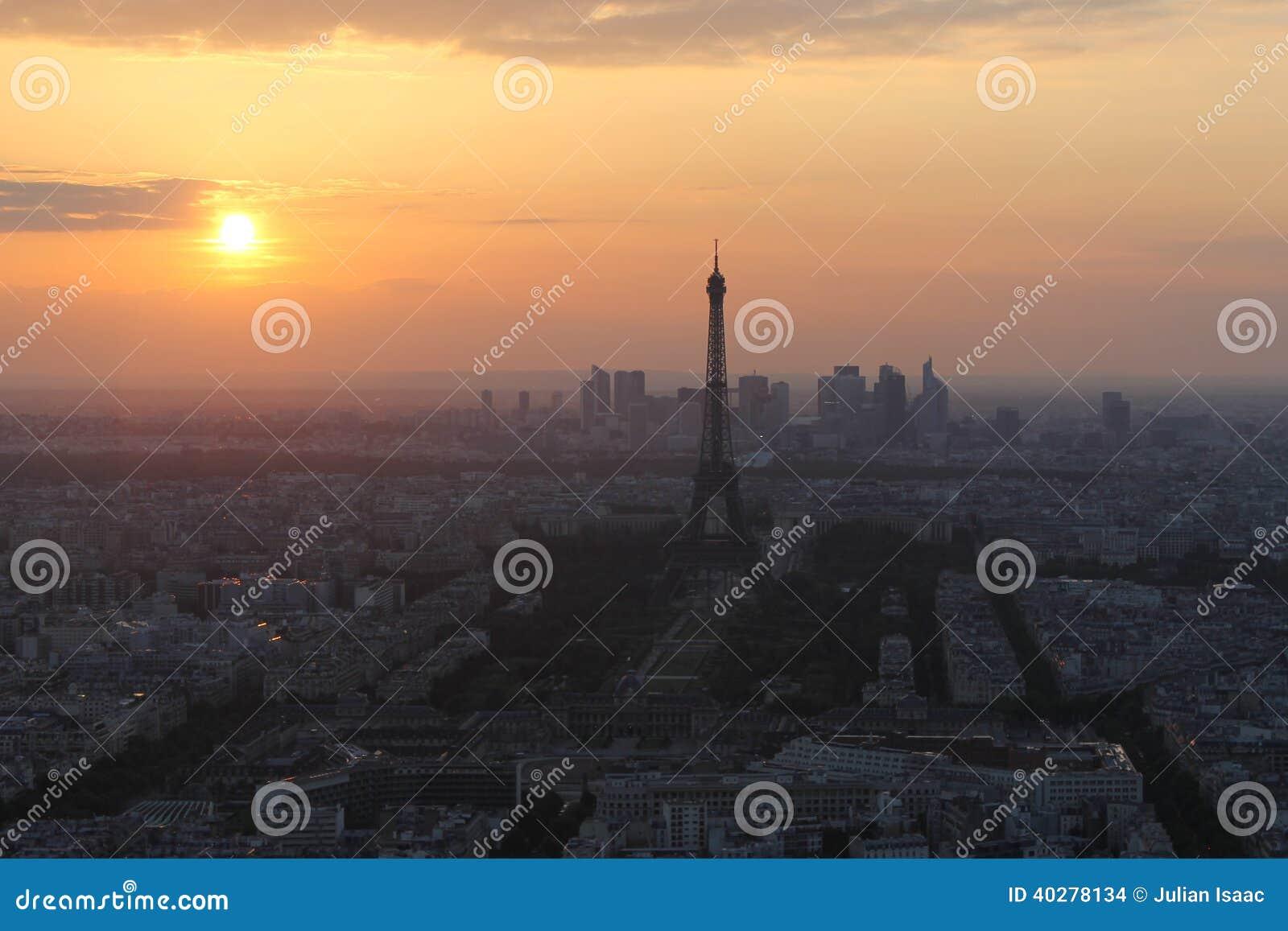 Заход солнца в Париже. Взгляд Эйфелева башни