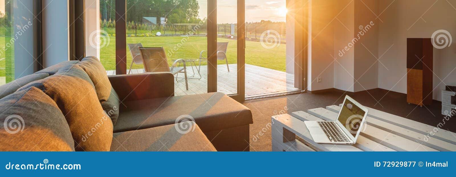 Заход солнца в современной живущей комнате