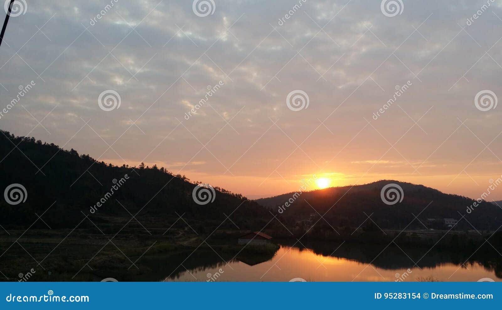 Заход солнца заходящего солнца